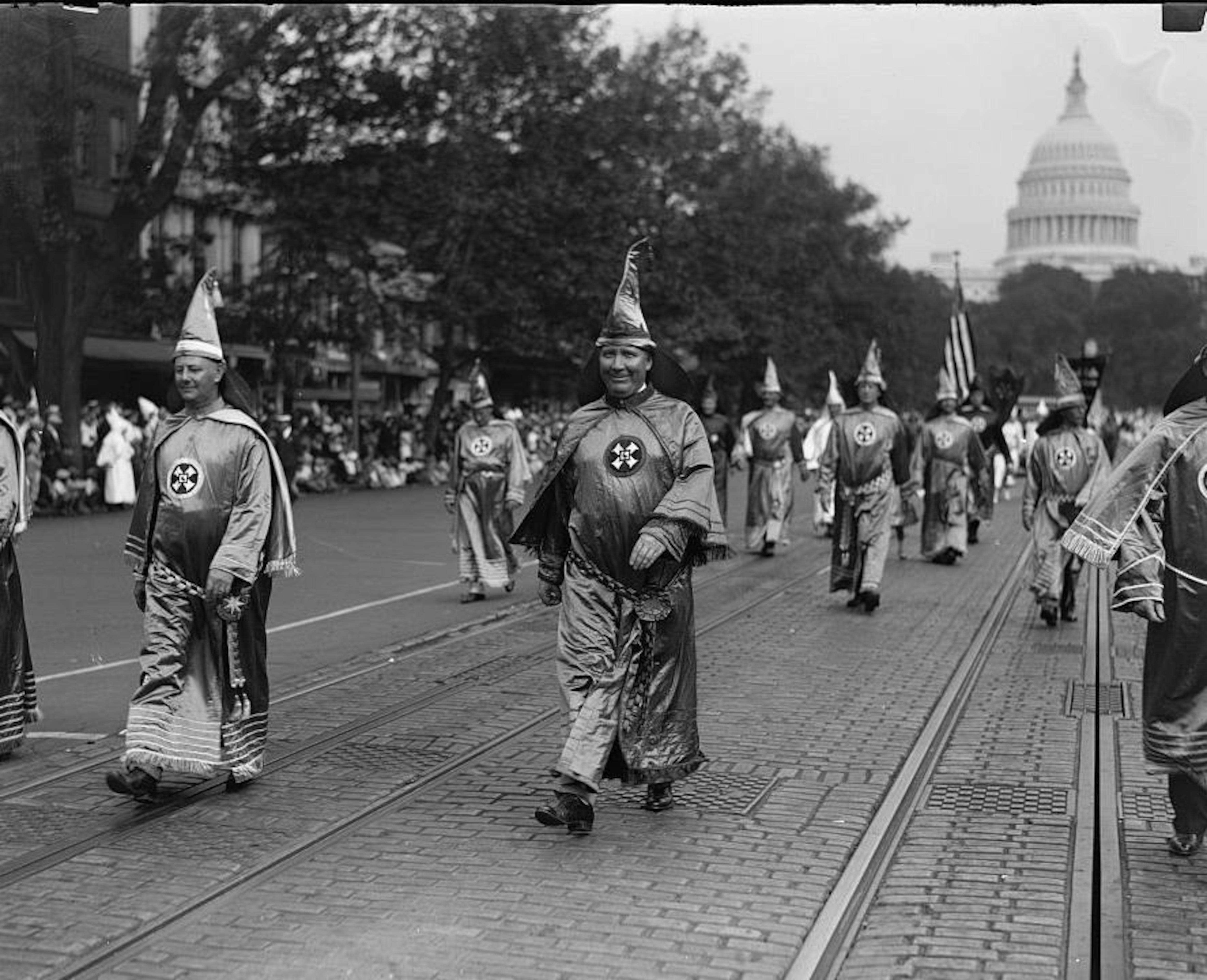 Hiram Wesley Evans préside la marche du KKK à Washington en 1926.
