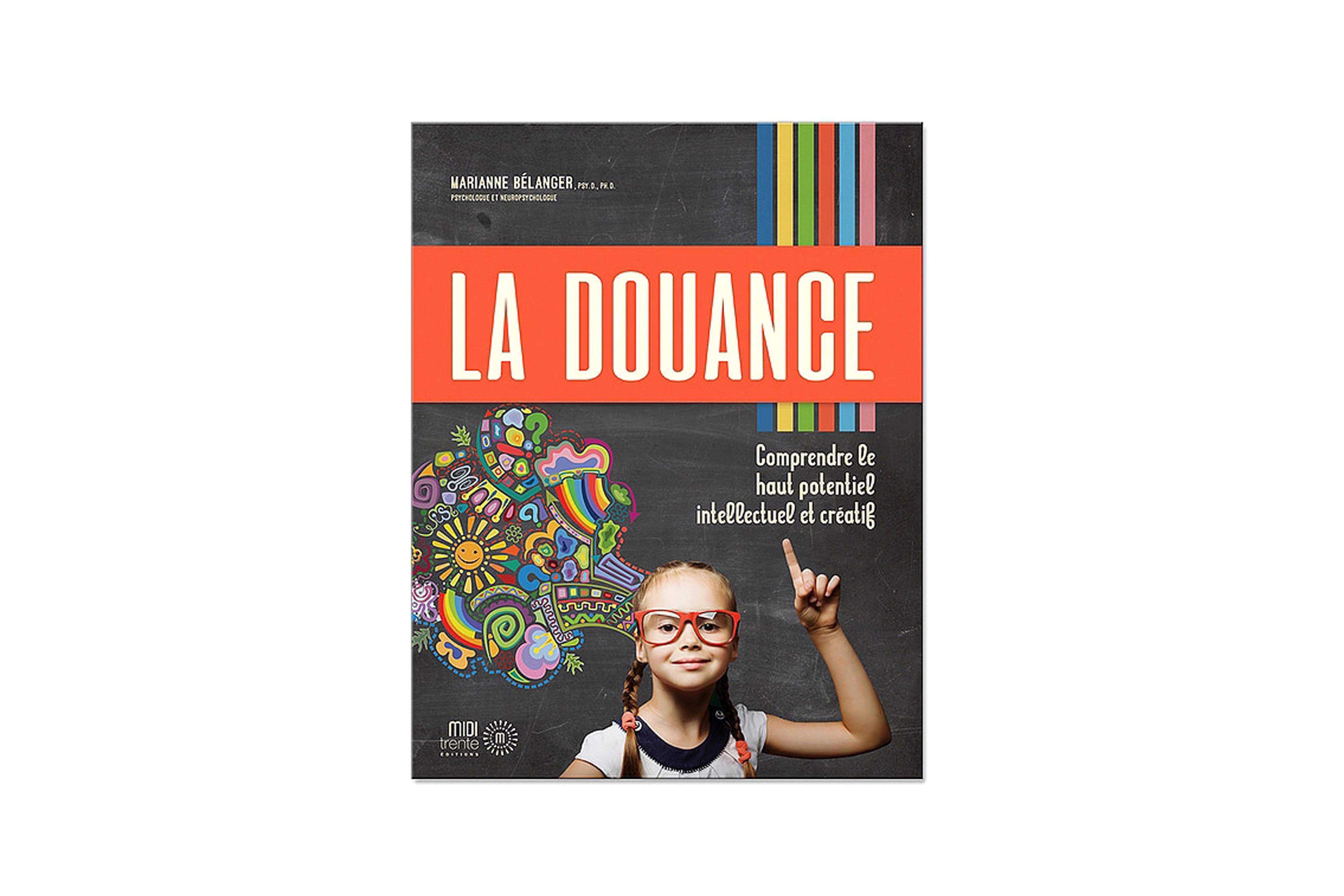 Une jeune fille porte des lunettes et lève un doigt en l'air.