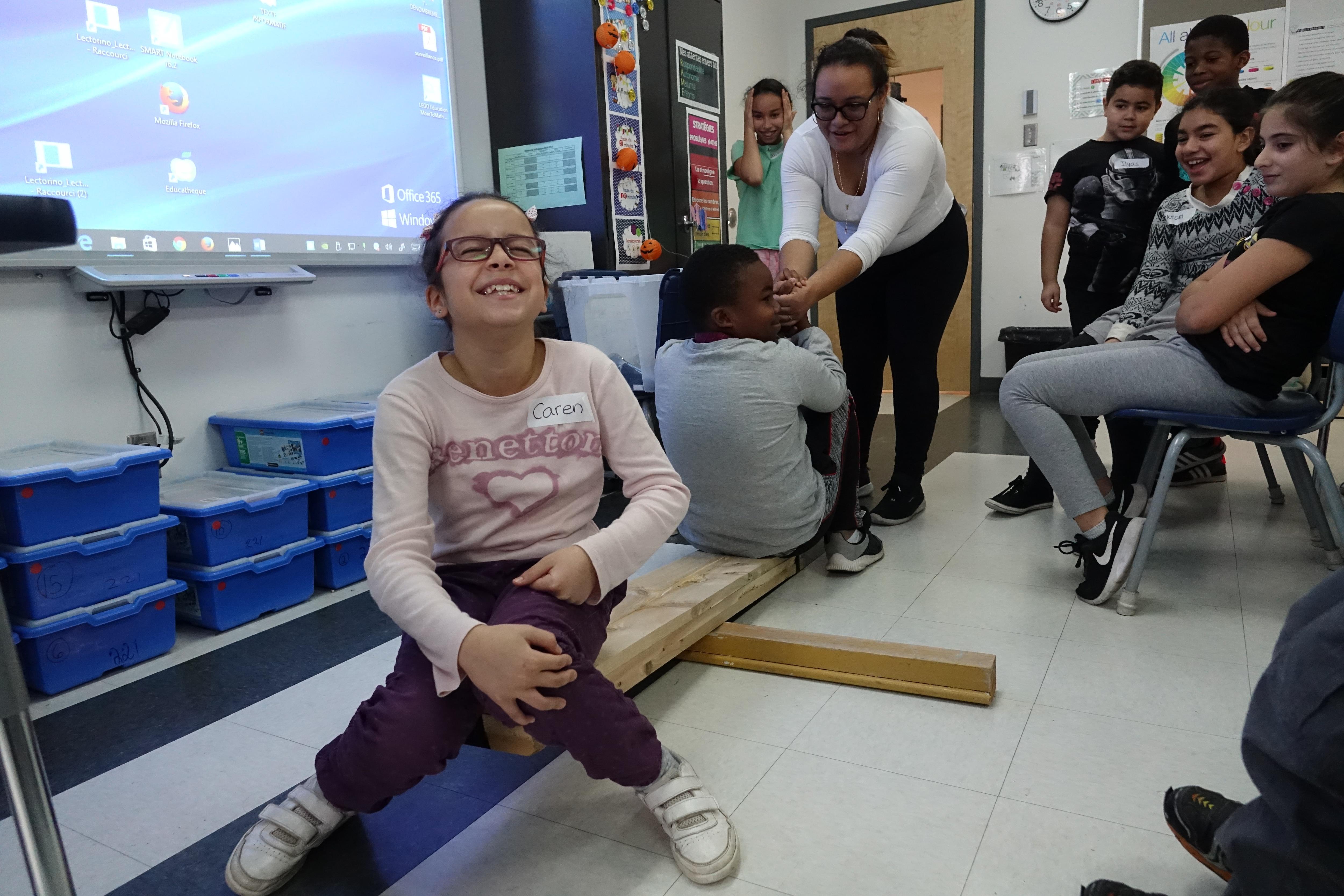 2 élèves testent un levier