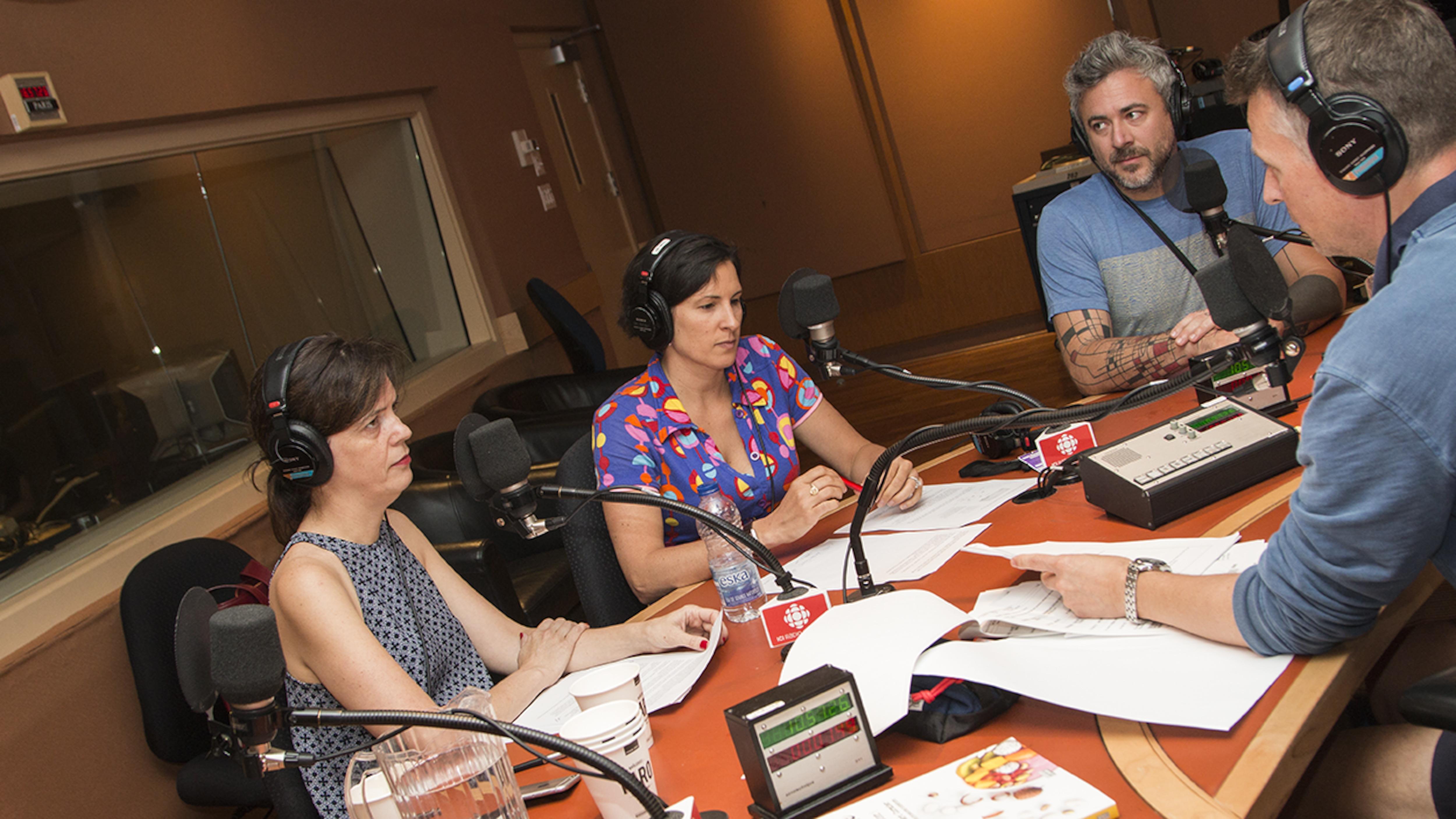 Élyse Désaulniers, Katerine-Lune Rollet et Martin Juneau entourent Stéphan Bureau