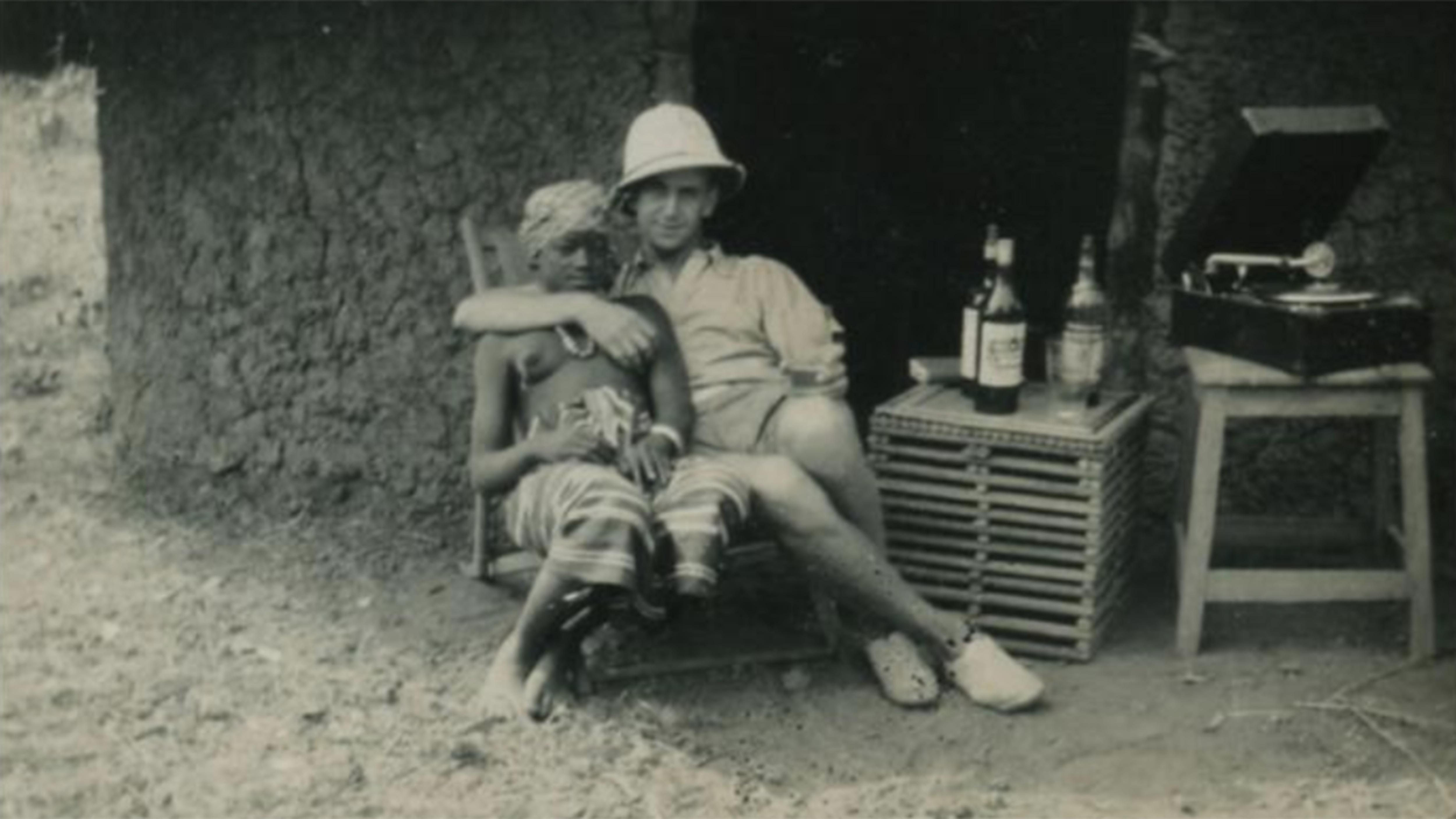 Un homme blanc enlace une jeune femme noire à la poitrine dénudée dans cette image tirée du livre Sexe, race et colonies.