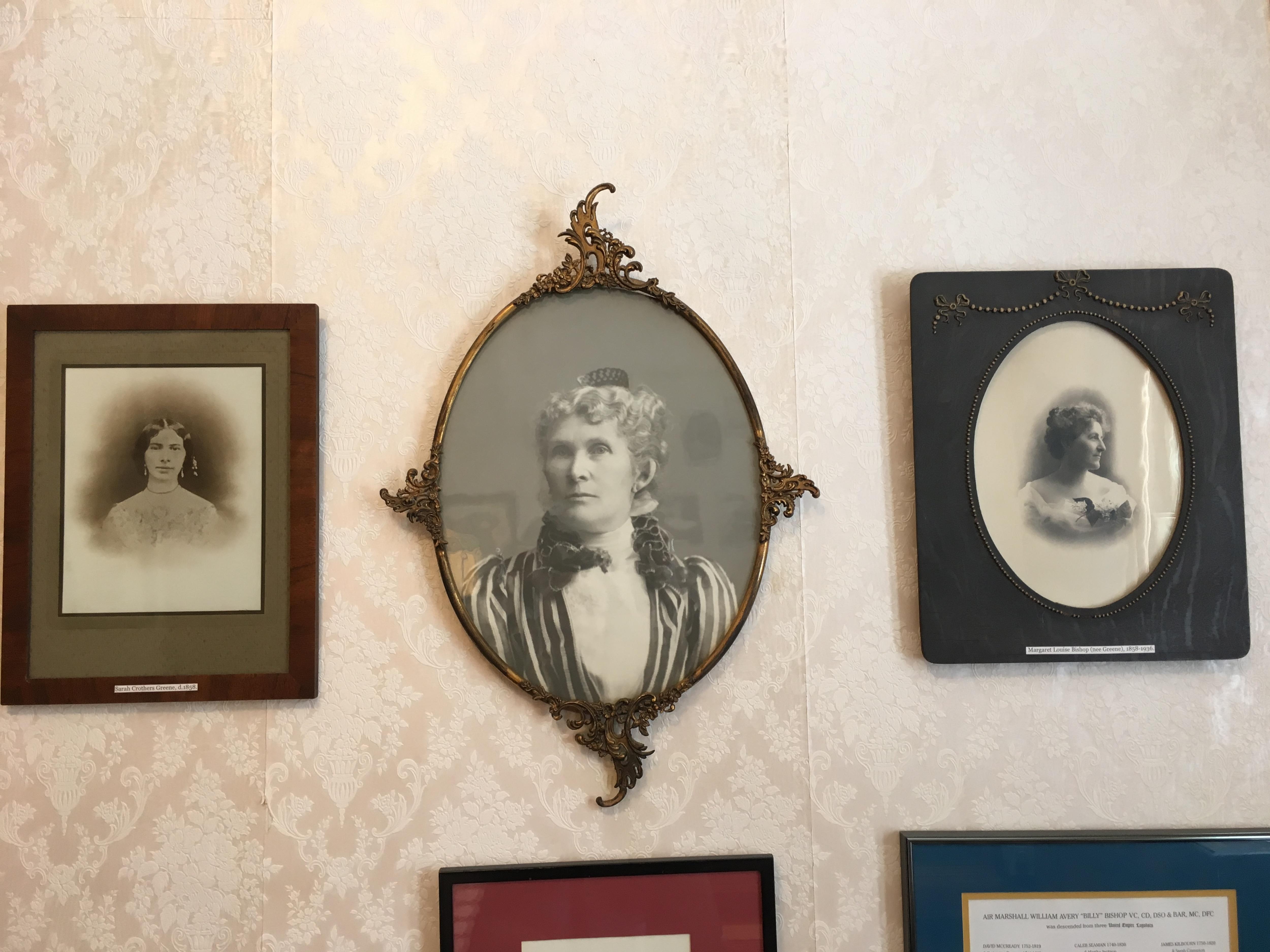 Photos en noir et blanc accrochées au mur.
