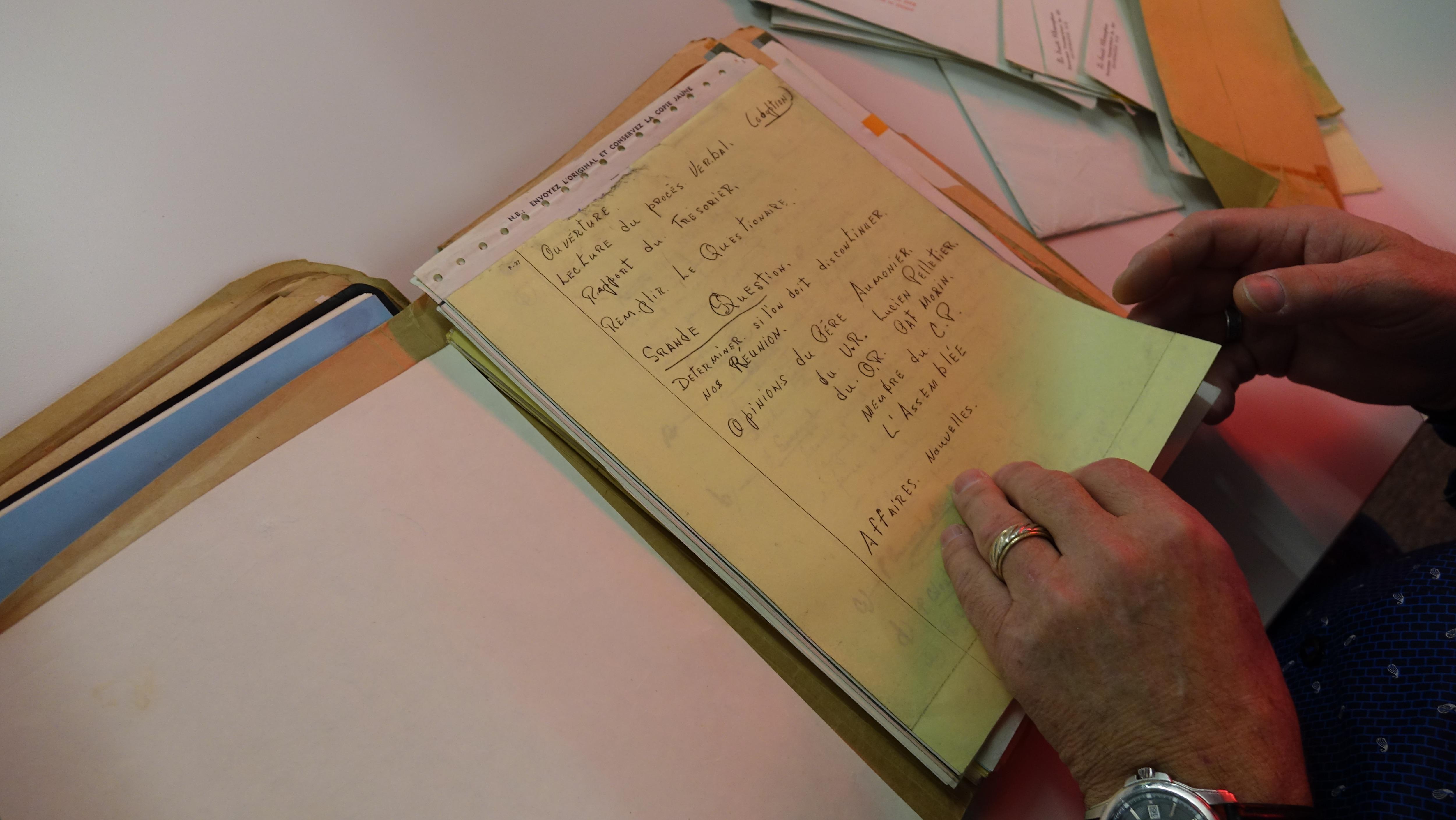 Luc Doucet feuillette un document.