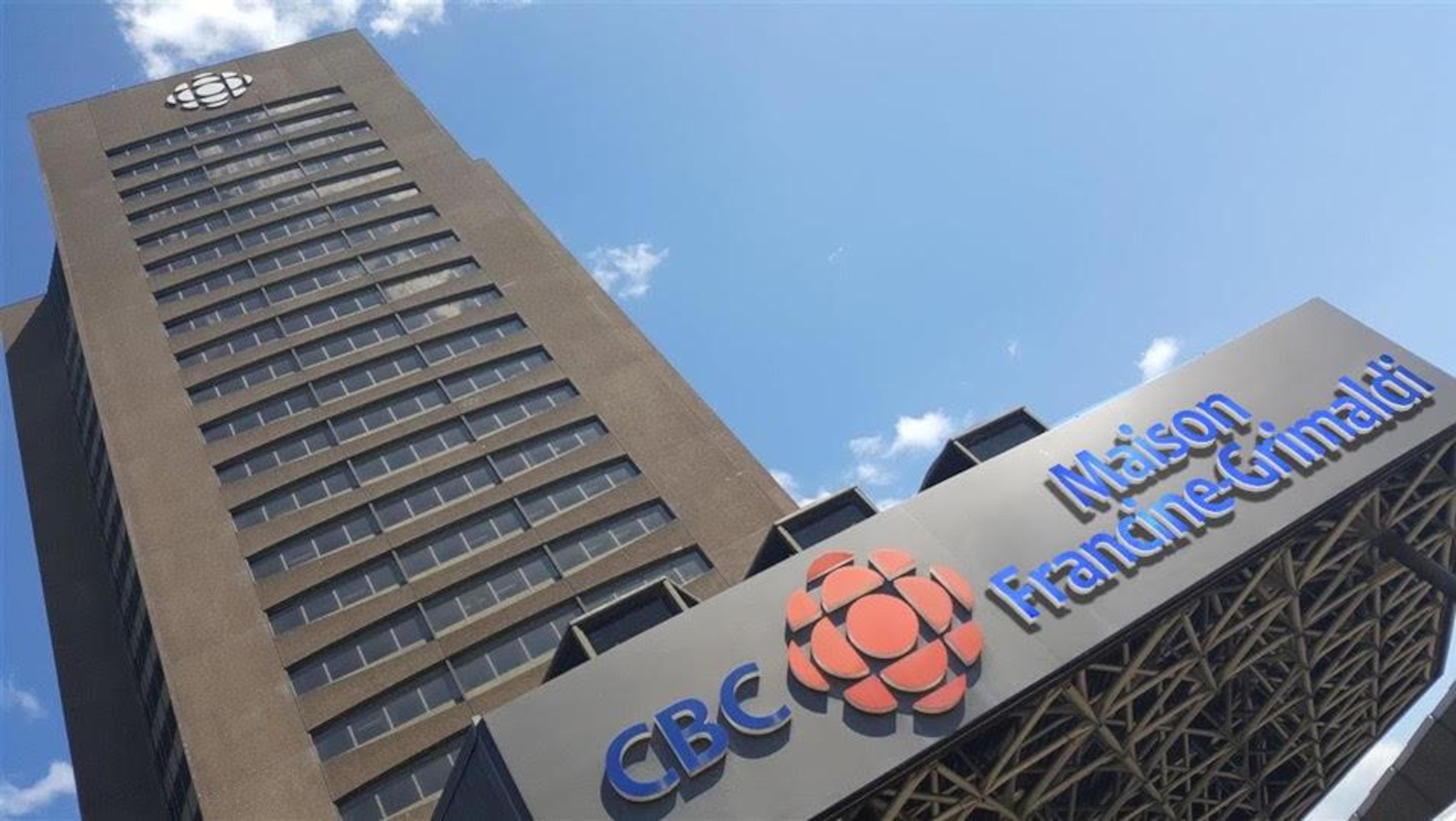 La tour de Radio-Canada à Montréal portant une enseigne CBC Maison Francine-Grimaldi