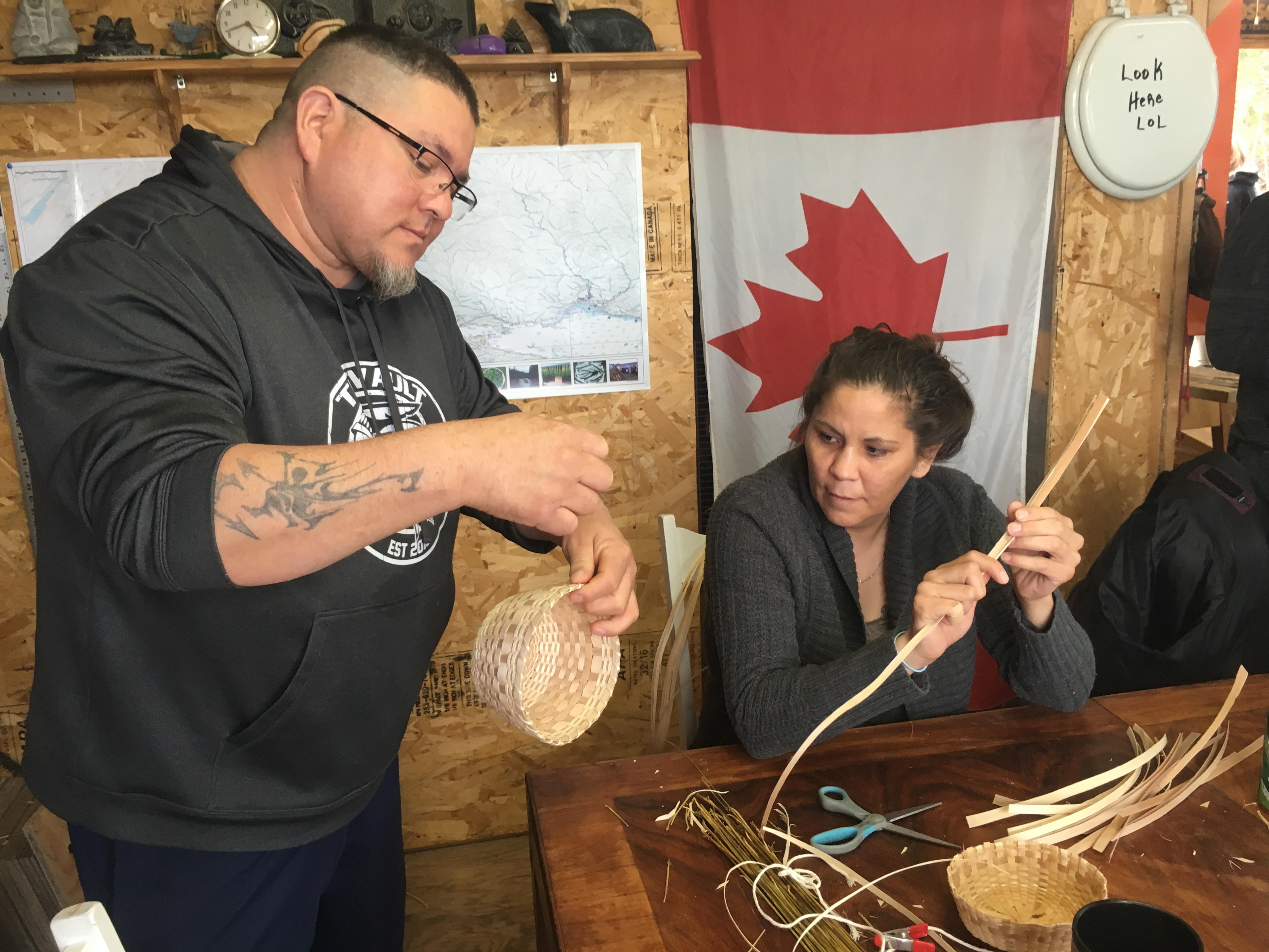 Stephen Jerome montre comment finaliser un panier à l'une de ses élèves