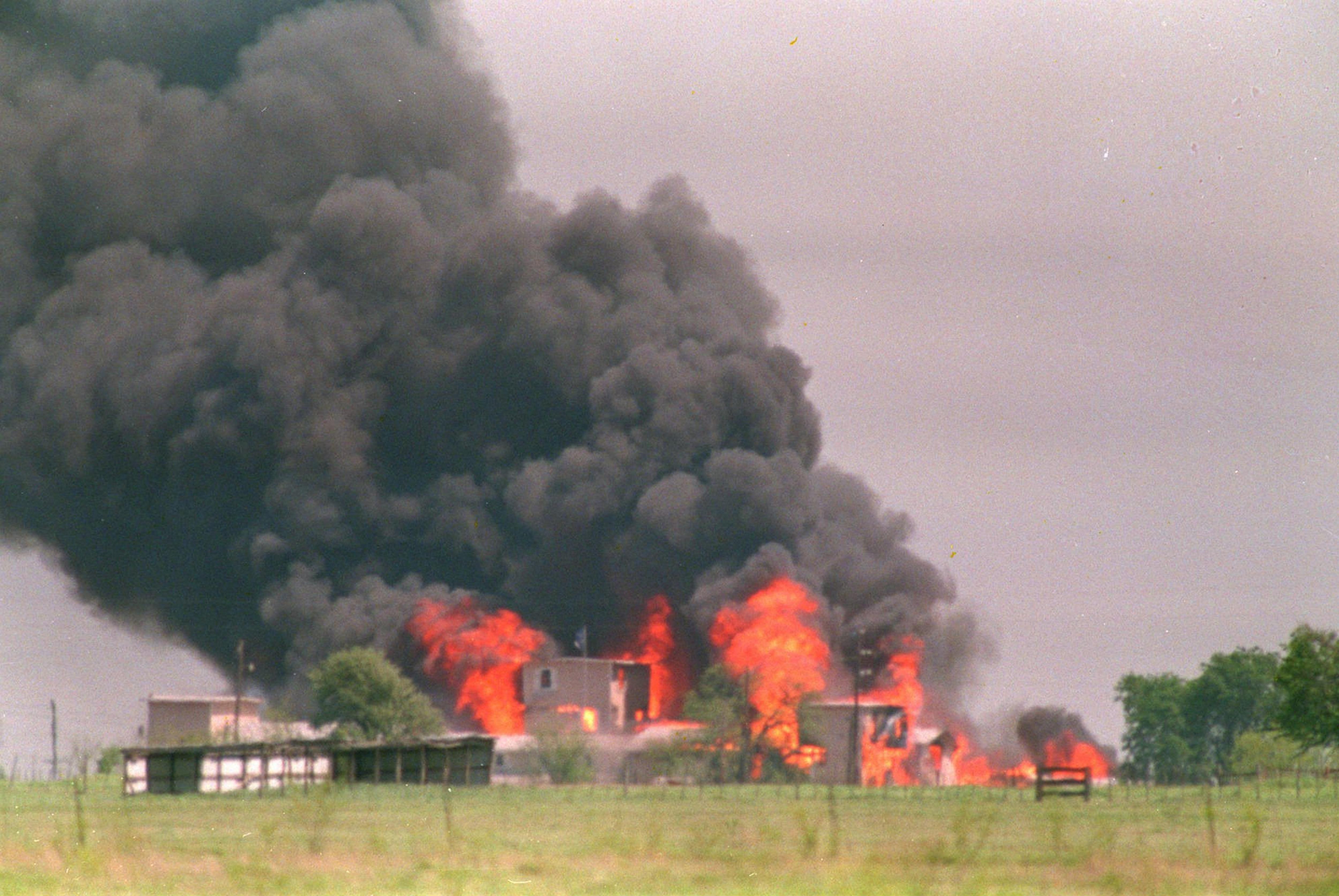 Près de Waco, l'un des bâtiments du ranch des davidiens qui s'est enflammé le 19 avril 1993 après l'intervention musclée du FBI.