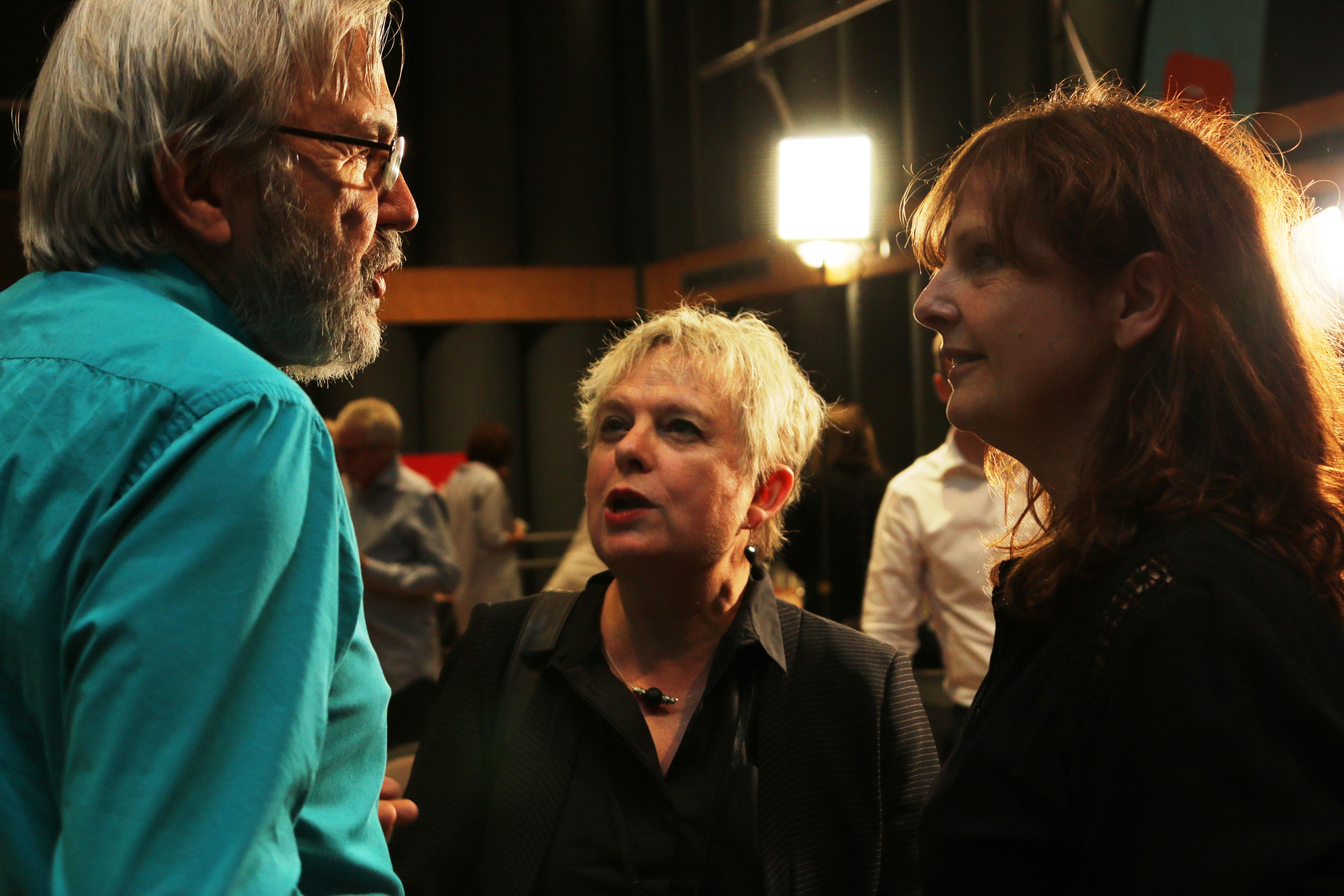 Sophie-Andrée Blondin (à droite), qui a travaillé sept ans aux Années lumière, souhaite bonne retraite à Yanick Villedieu.
