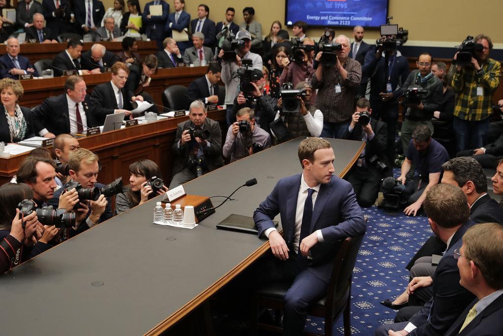 Mark Zuckerberg se prépare à témoigner devant le Comité de l'énergie et du commerce de la Chambre des représentants, au Capitole, à Washington, le 11 avril 2018.
