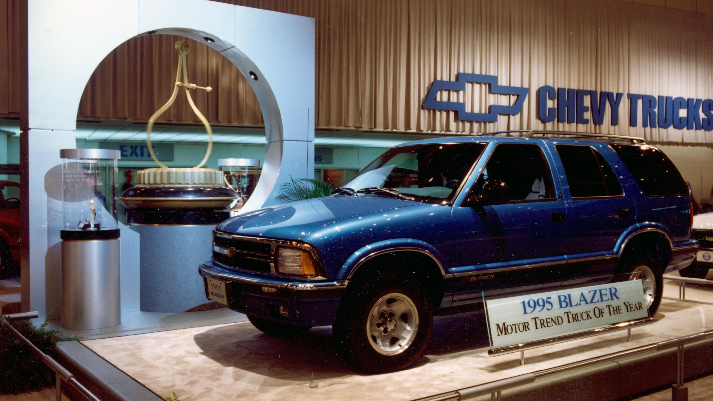 Un camion bleu sur un podium dans la section Chevrolet du salon.