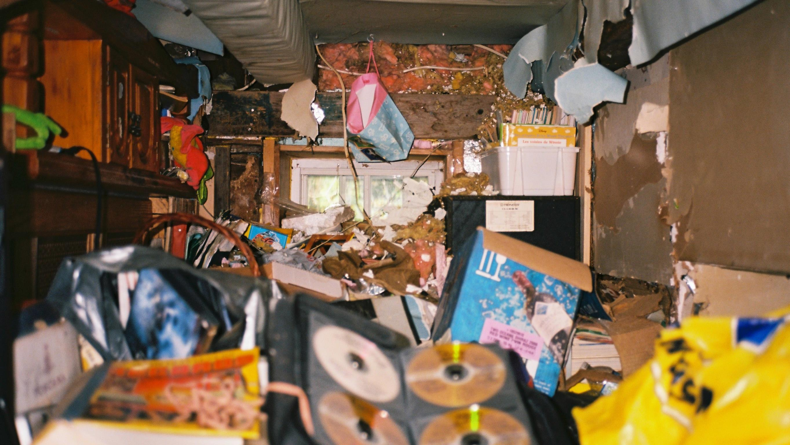 Une pièce de la maison est encombrée d'objets.