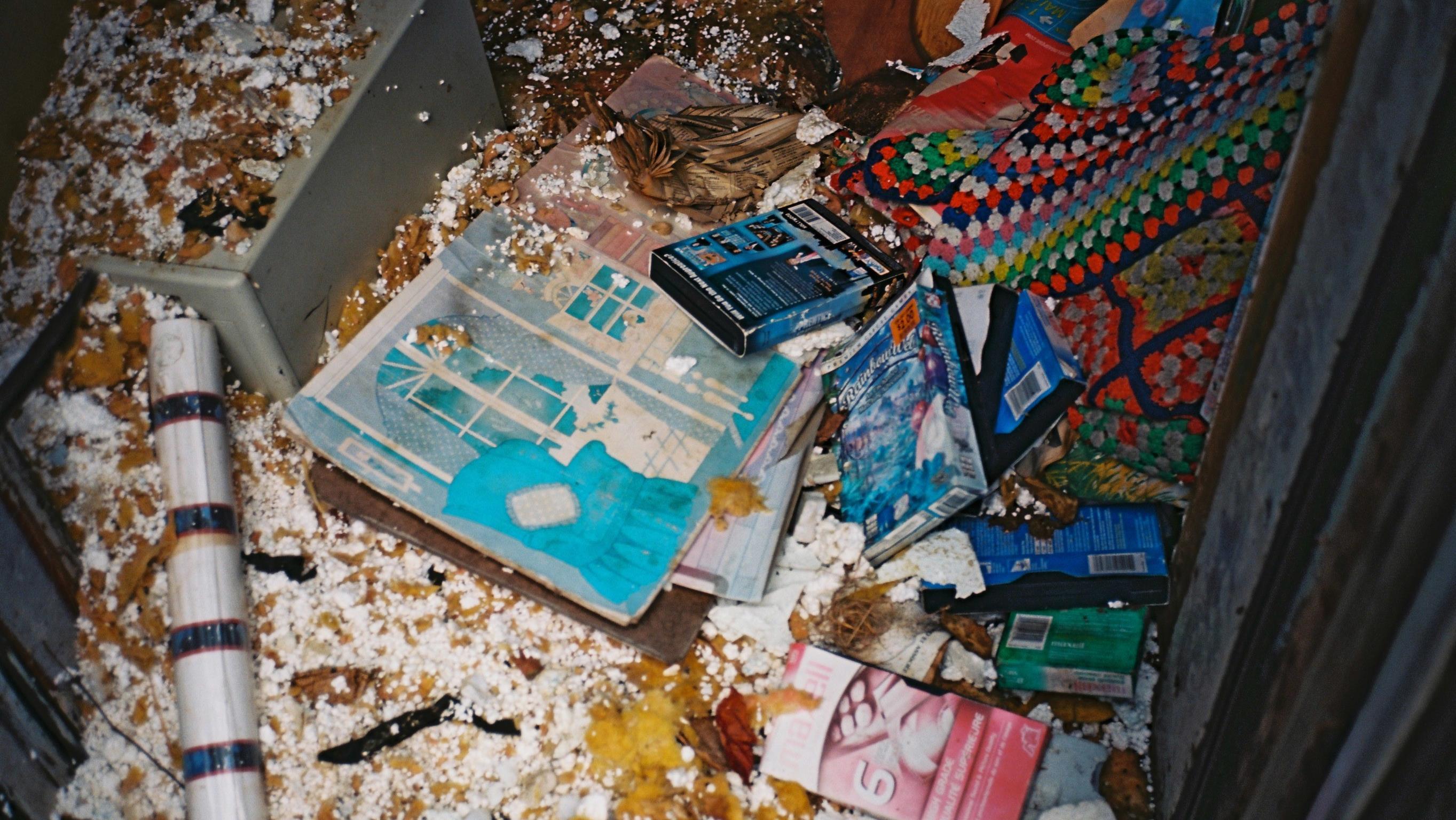 Des vieilles cassettes s'entassent sur le sol.