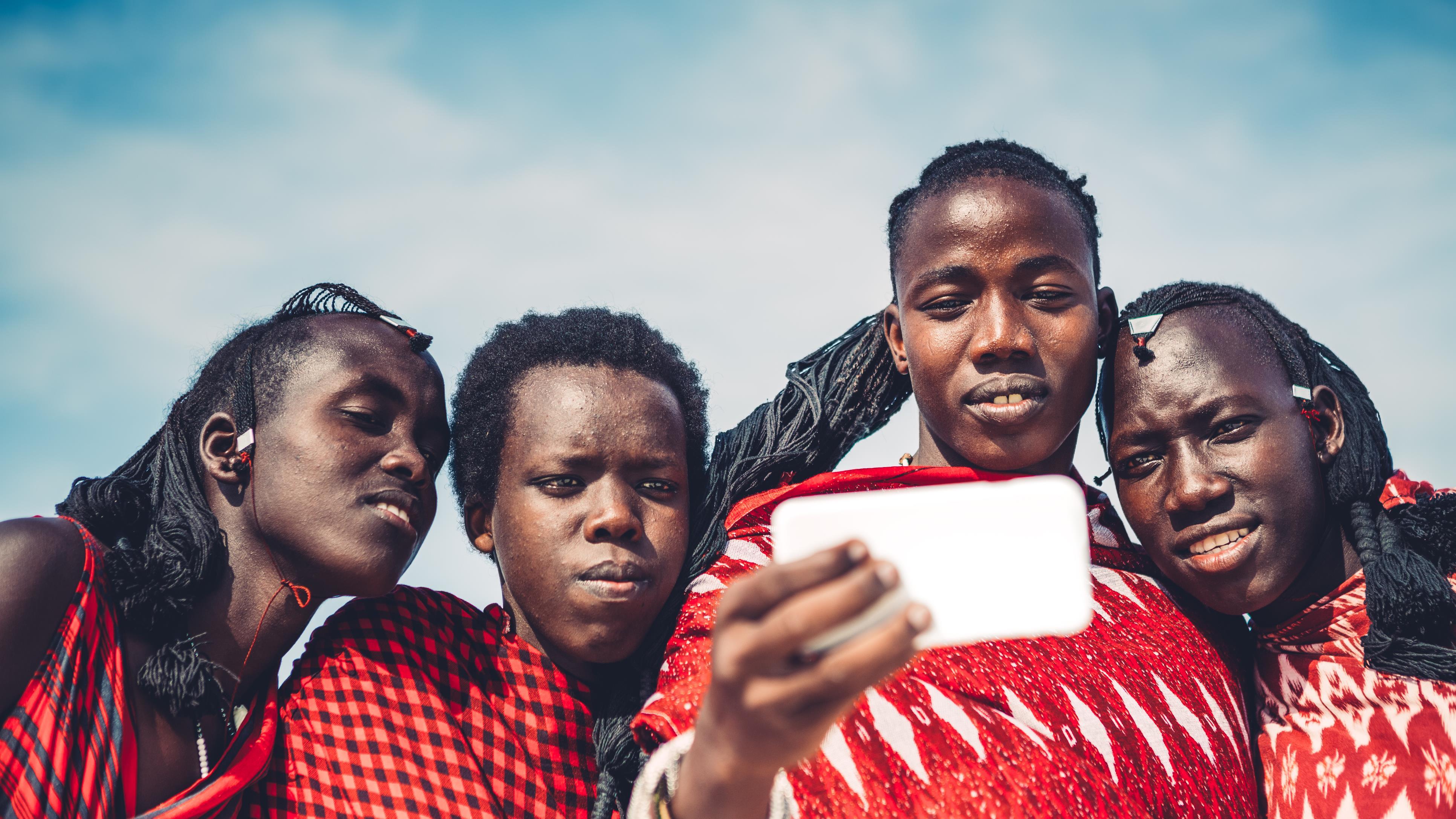 Des jeunes Masai prenant un autoportrait