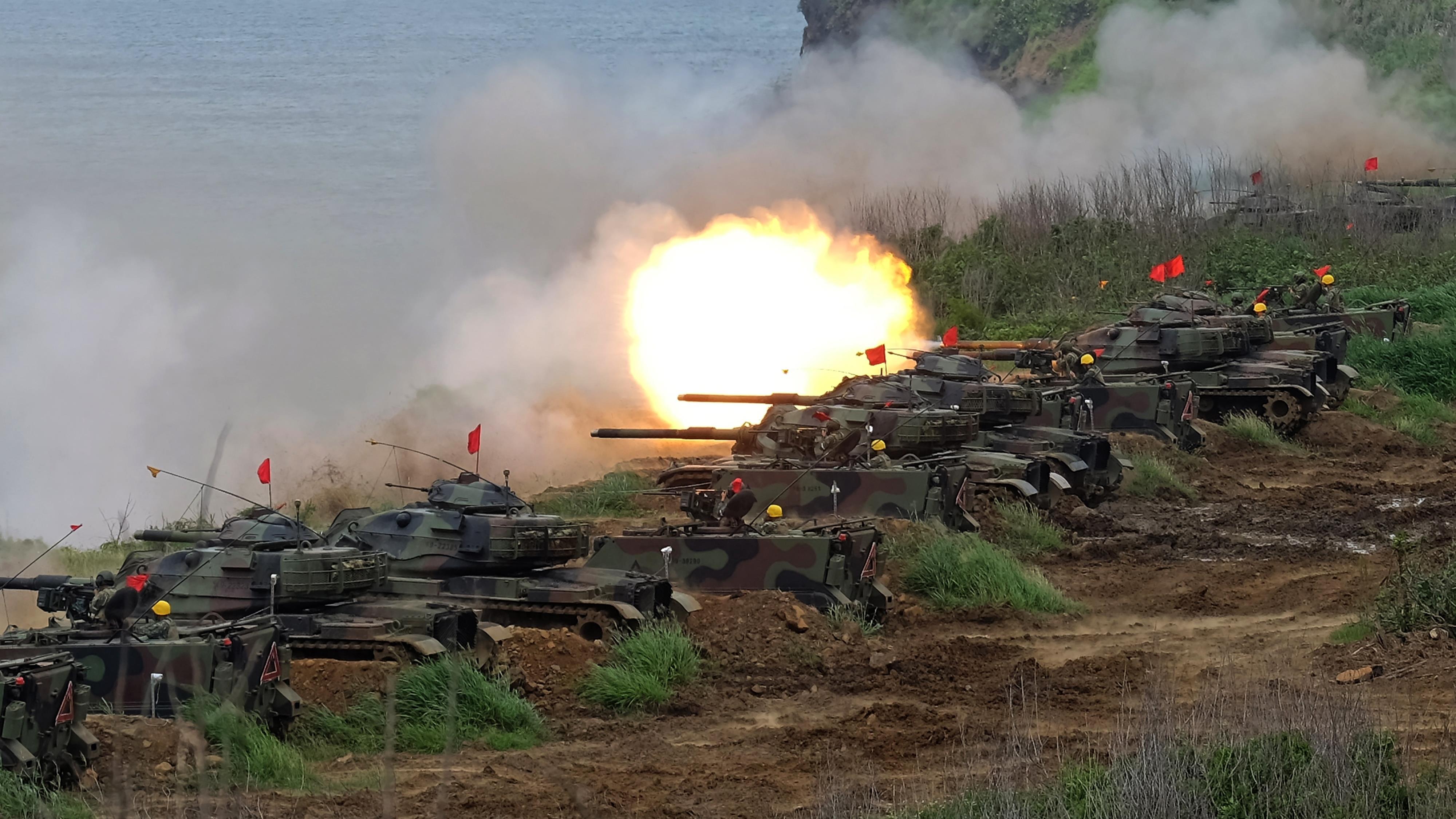 Des chars d'assaut américains lors d'un exercice de tir
