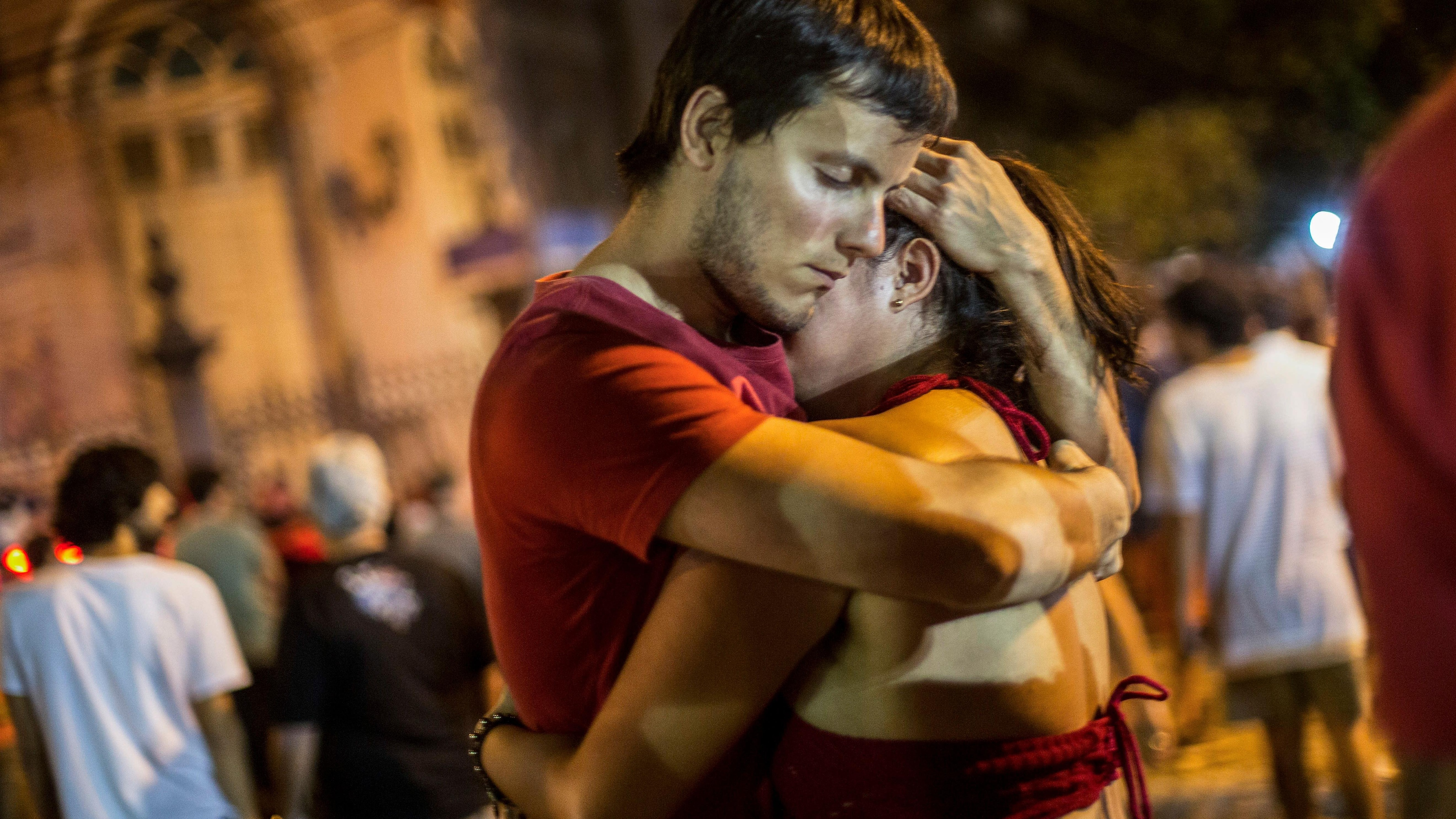 Un couple de partisans du candidat du Parti des travailleurs, Fernando Haddad, s'enlacent après l'annonce de la victoire de M. Bolsonaro, à Rio de Janeiro, le 28 octobre 2018.