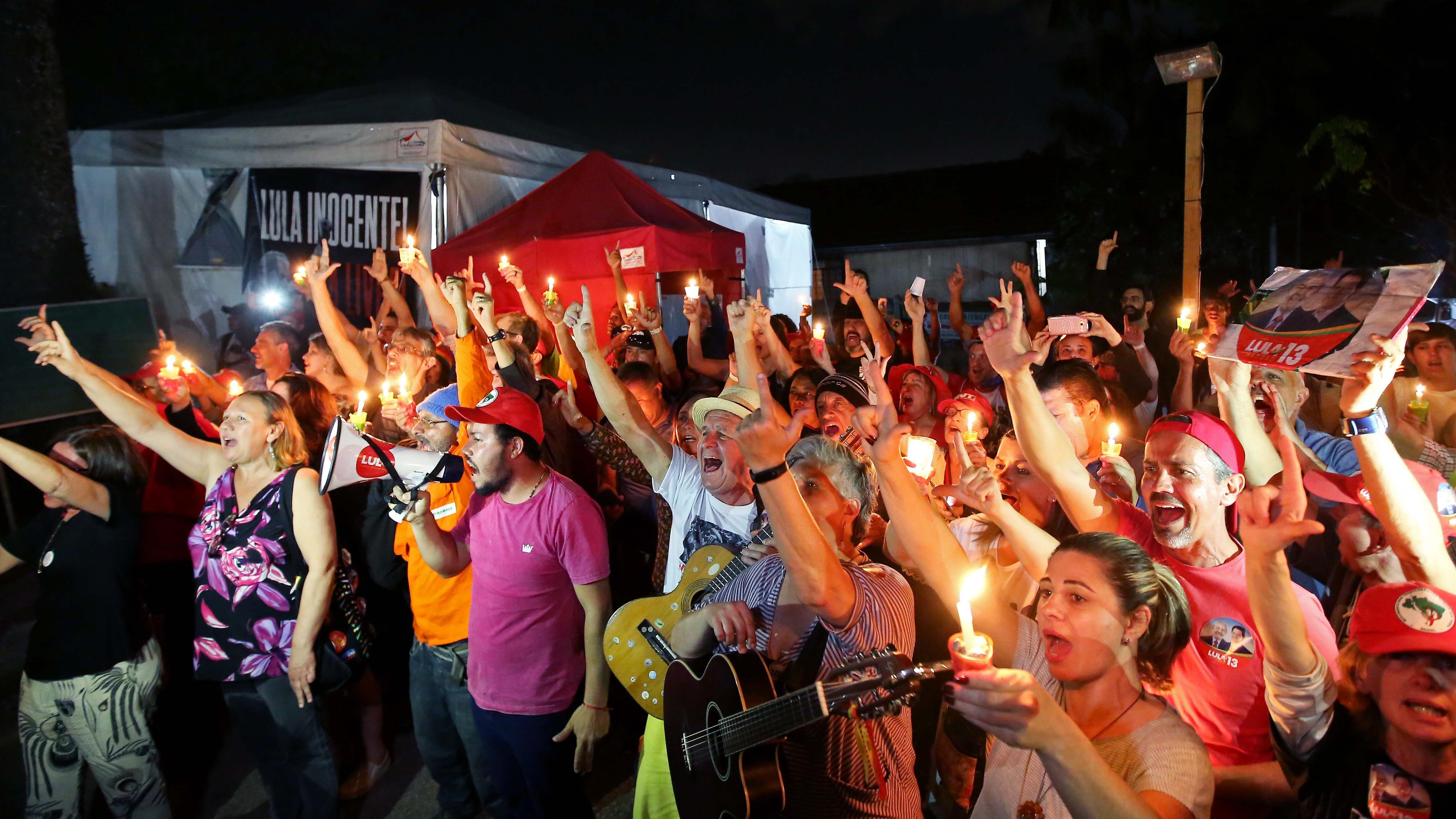 Des sympathisants de Lula Da Silva participent à une veillée aux chandelles devant le bureau de la police fédérale à Curitiba, au Brésil, le 31 août 2018.