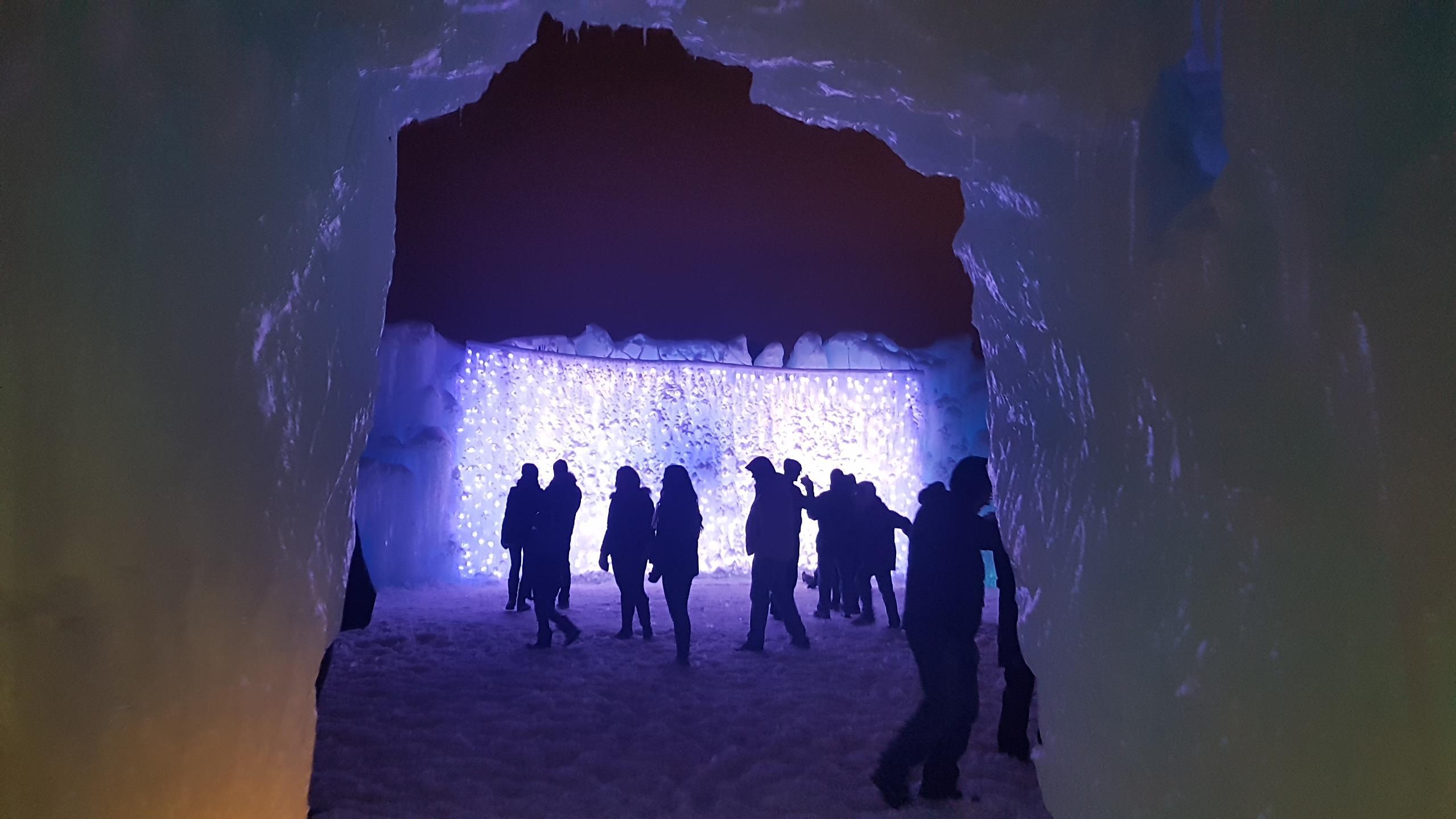 Silhouettes de gens qui se promènent entre les murs du château.