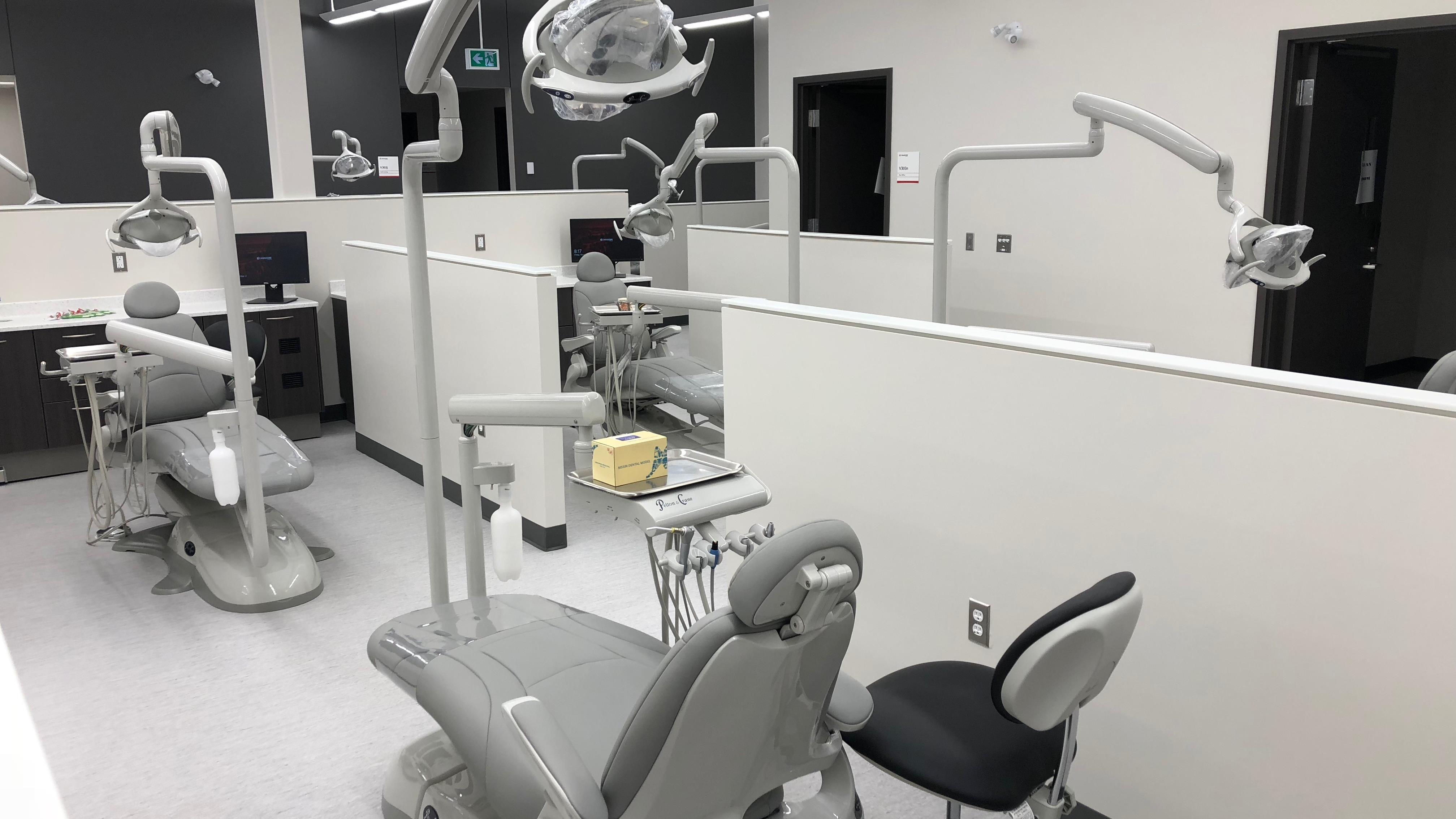 Fauteuils, lampes et autres outils sont à la disposition des étudiants dans cette clinique étudiante.