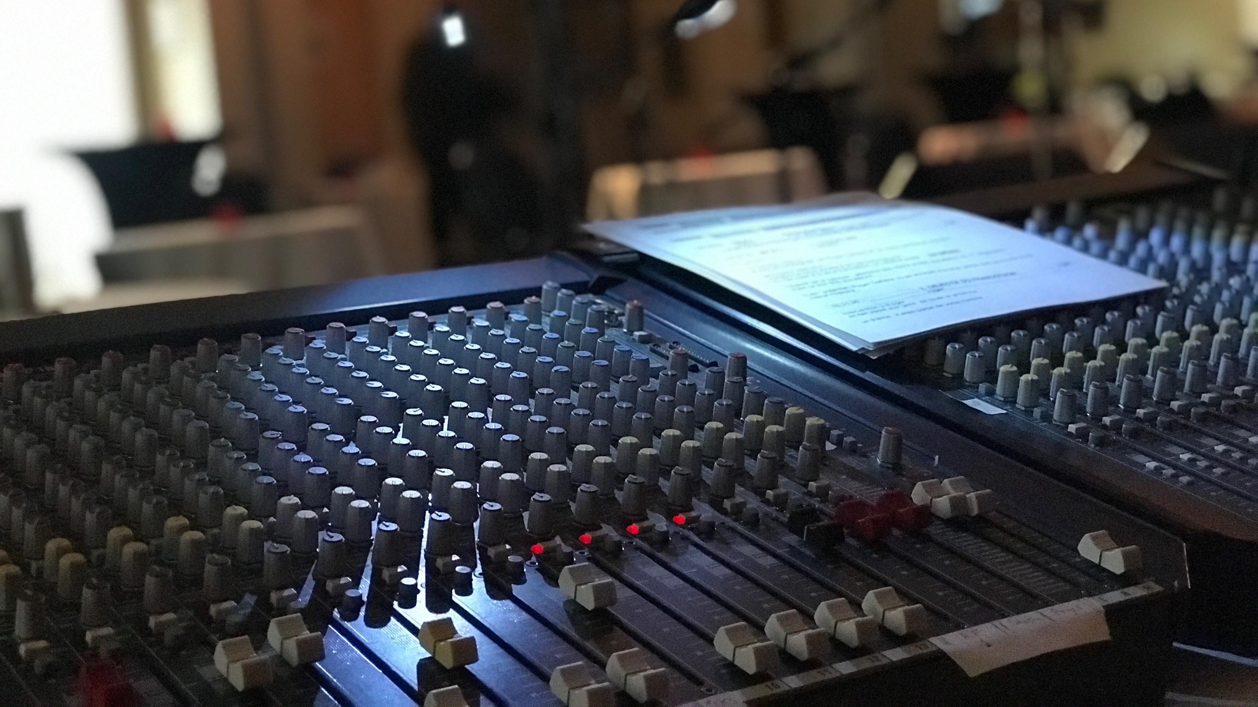 Console radio avec la feuille de route de l'émission.