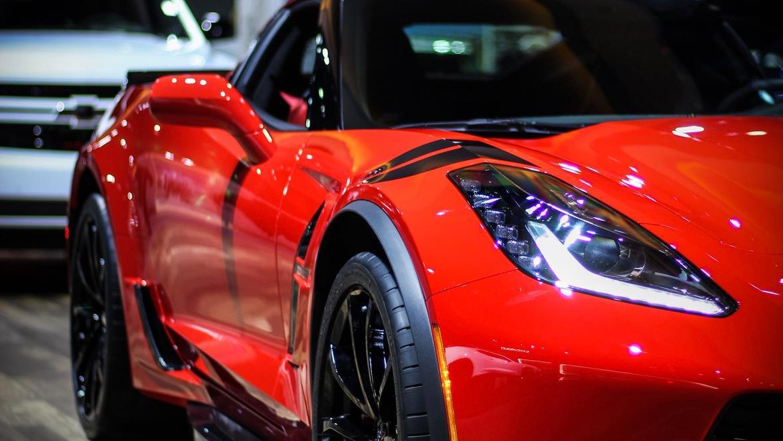 Une Corvette rouge.