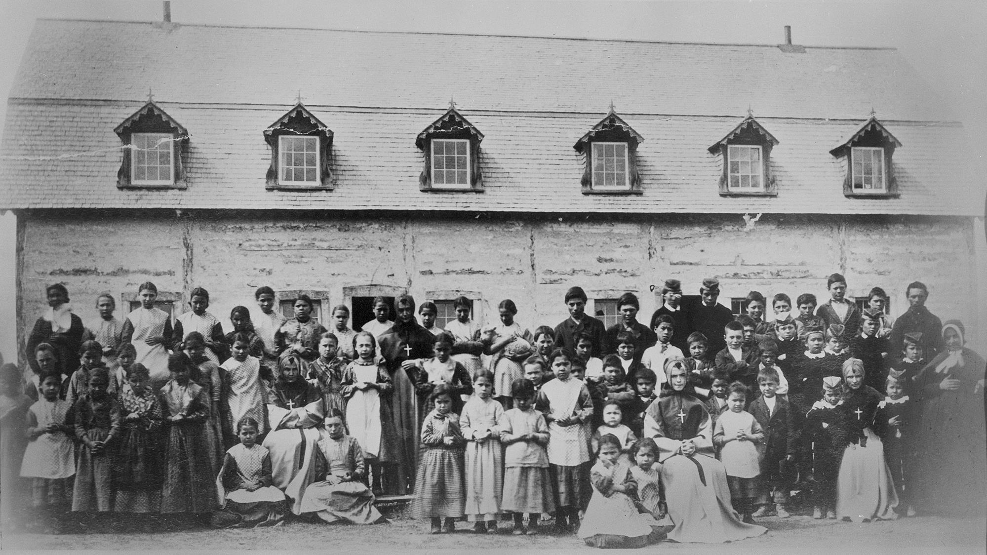 Photo de groupe des élèves devant l'édifice du Couvent Youville, en Alberta, dans les années 1890.