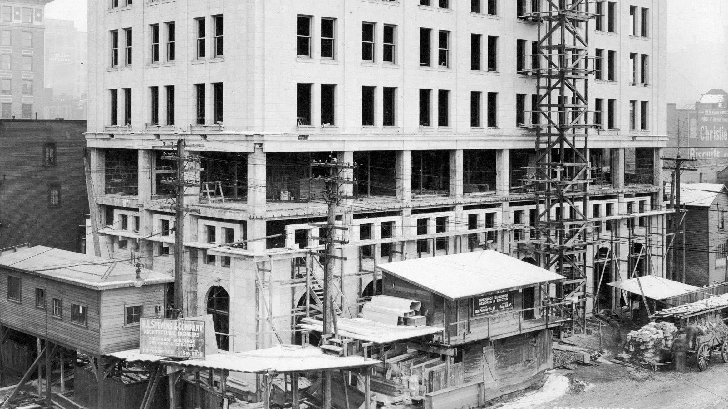 Bâtiment du crédit foncier franco-canadien en construction en 1913-1914.