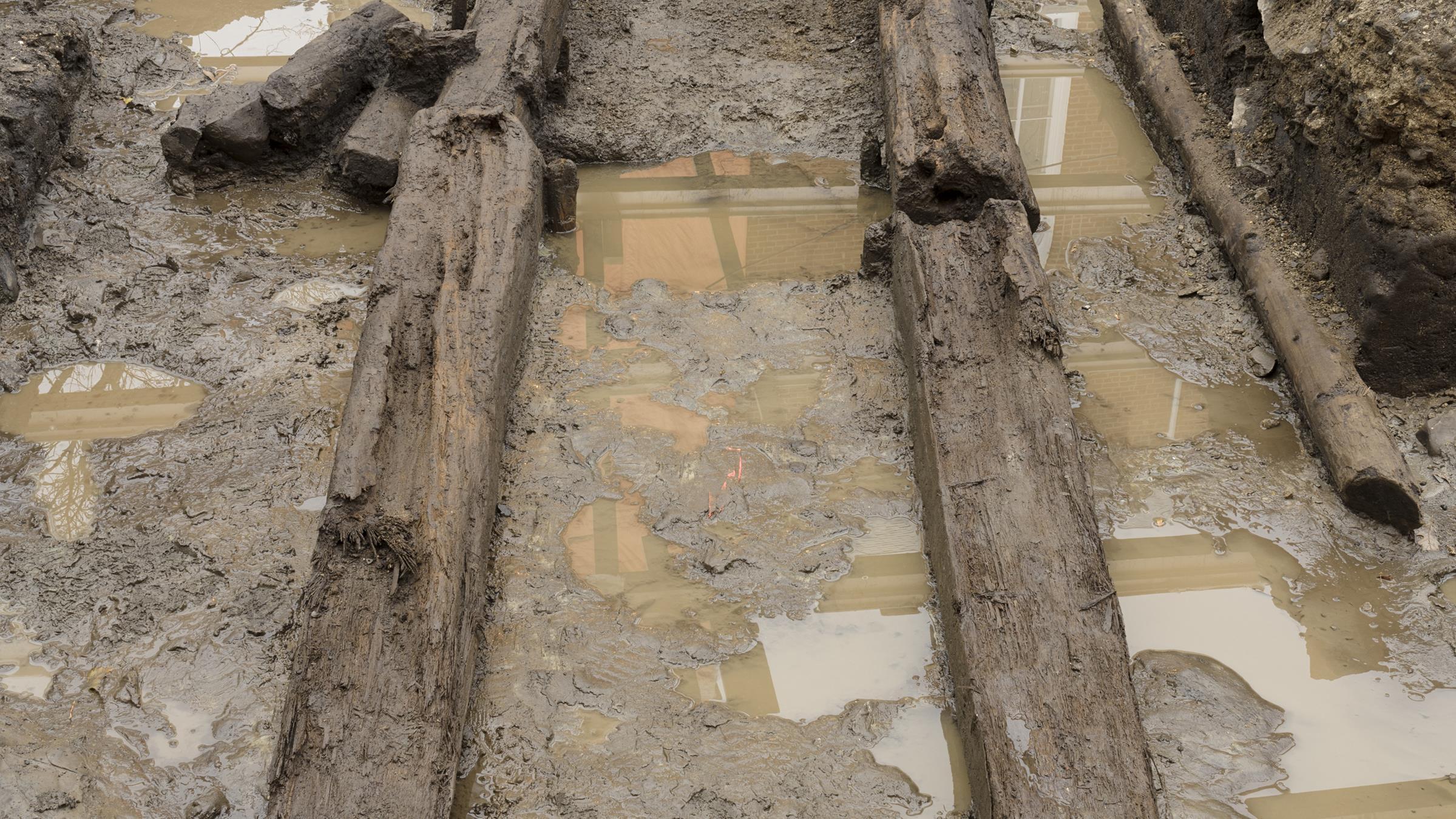 La palissade est toujours en excellent état parce qu'elle se trouvait dans la glaise. Il faut toutefois l'excaver rapidement pour éviter le gel.