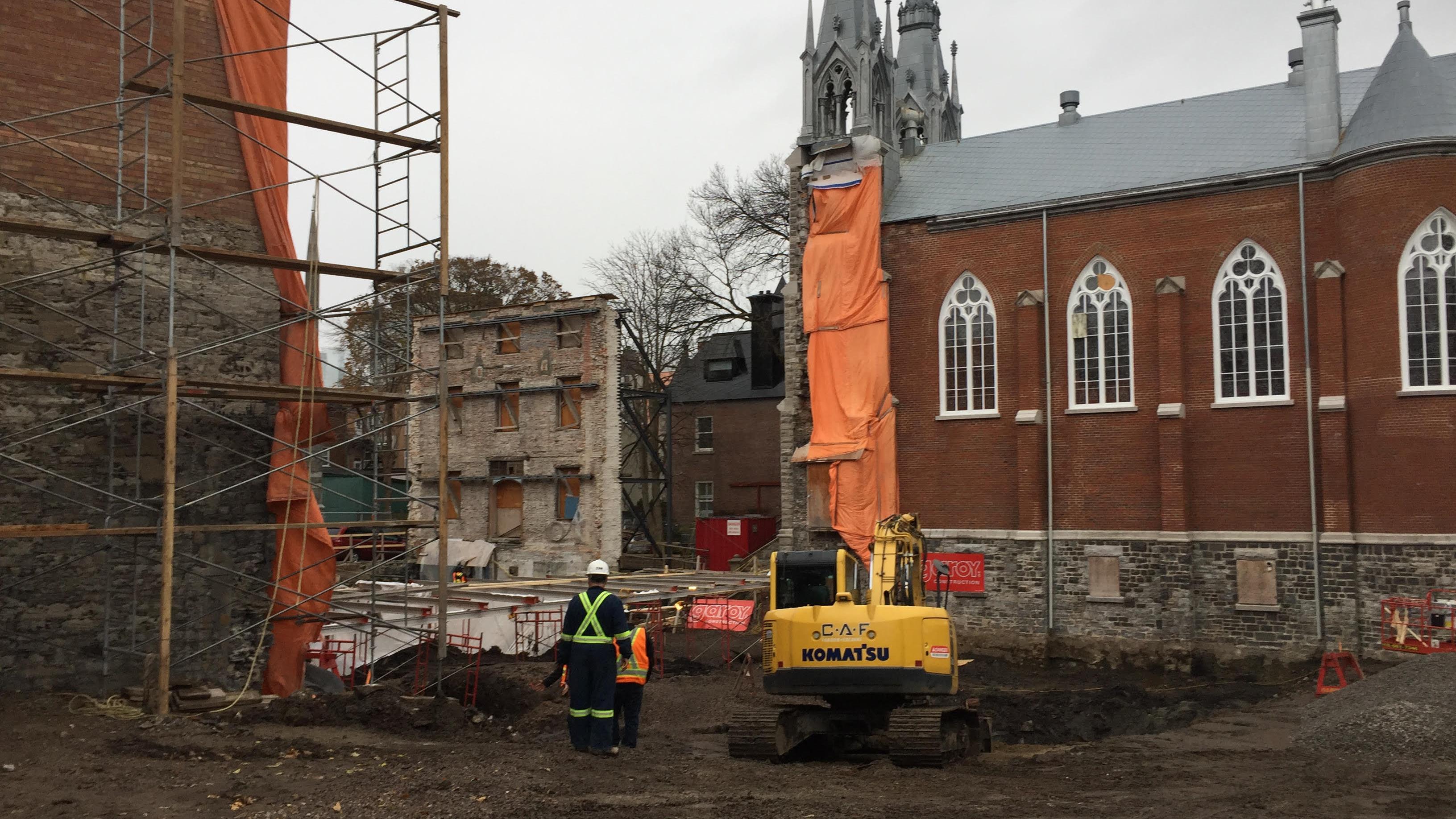 La découverte a été faite près de cette petite chapelle, sur la rue Saint-Ursule, où un projet de construction de condos est en cours.