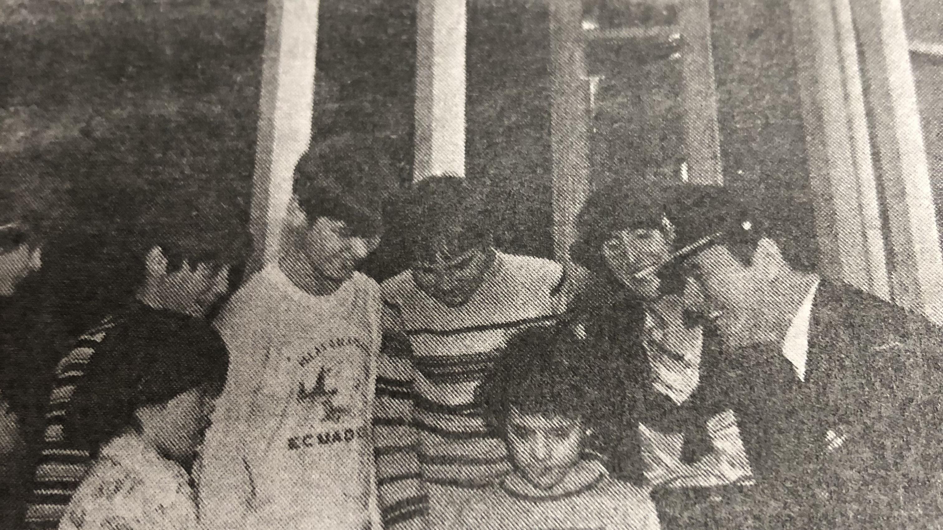 Photo du journal Lookout de la base militaire montrant des enfants et un officier.