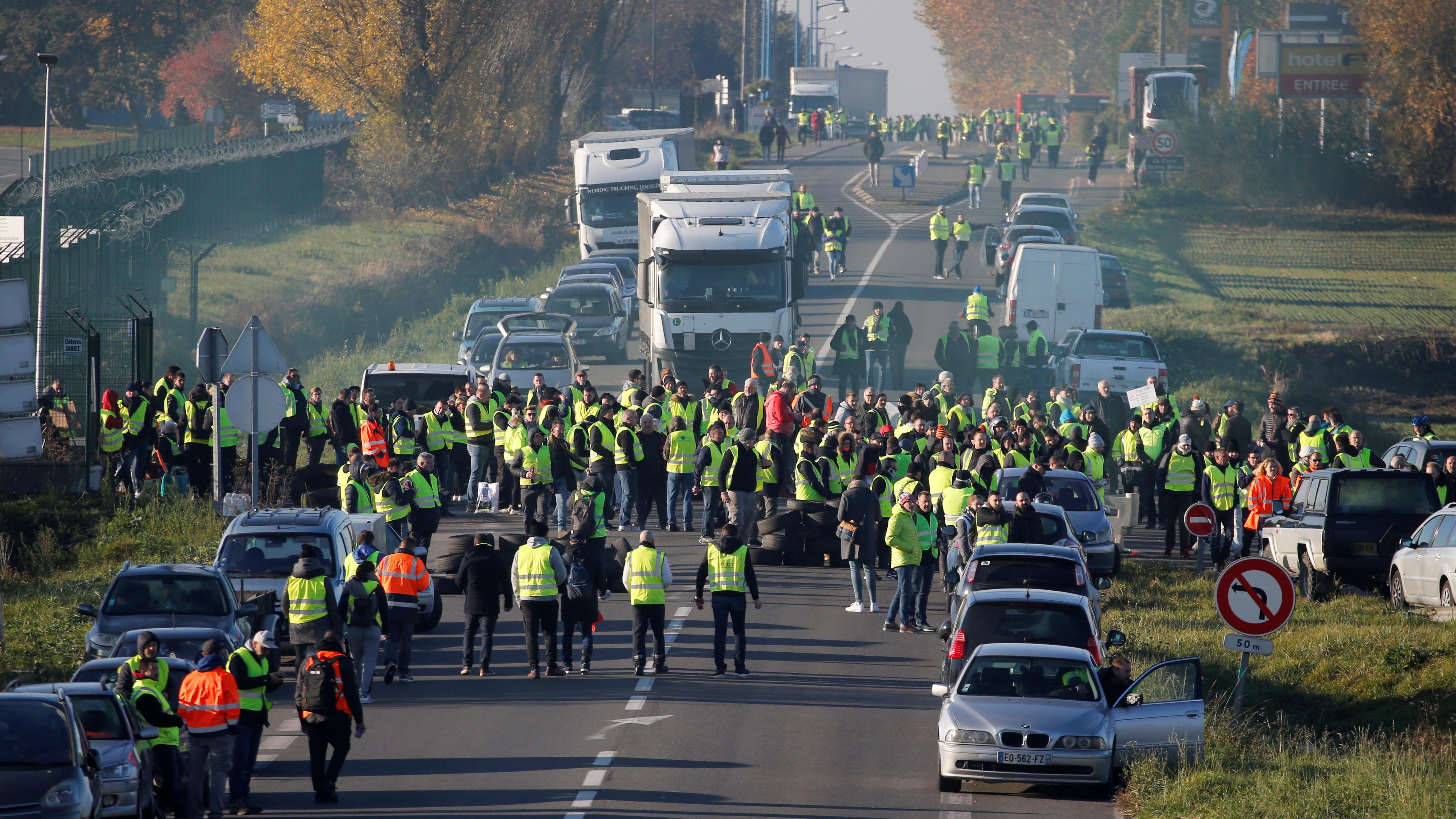 Les gilets jaunes ont bloqué la route entre Paris et Bruxelles à Haulchin, en France, le 17 novembre 2018.