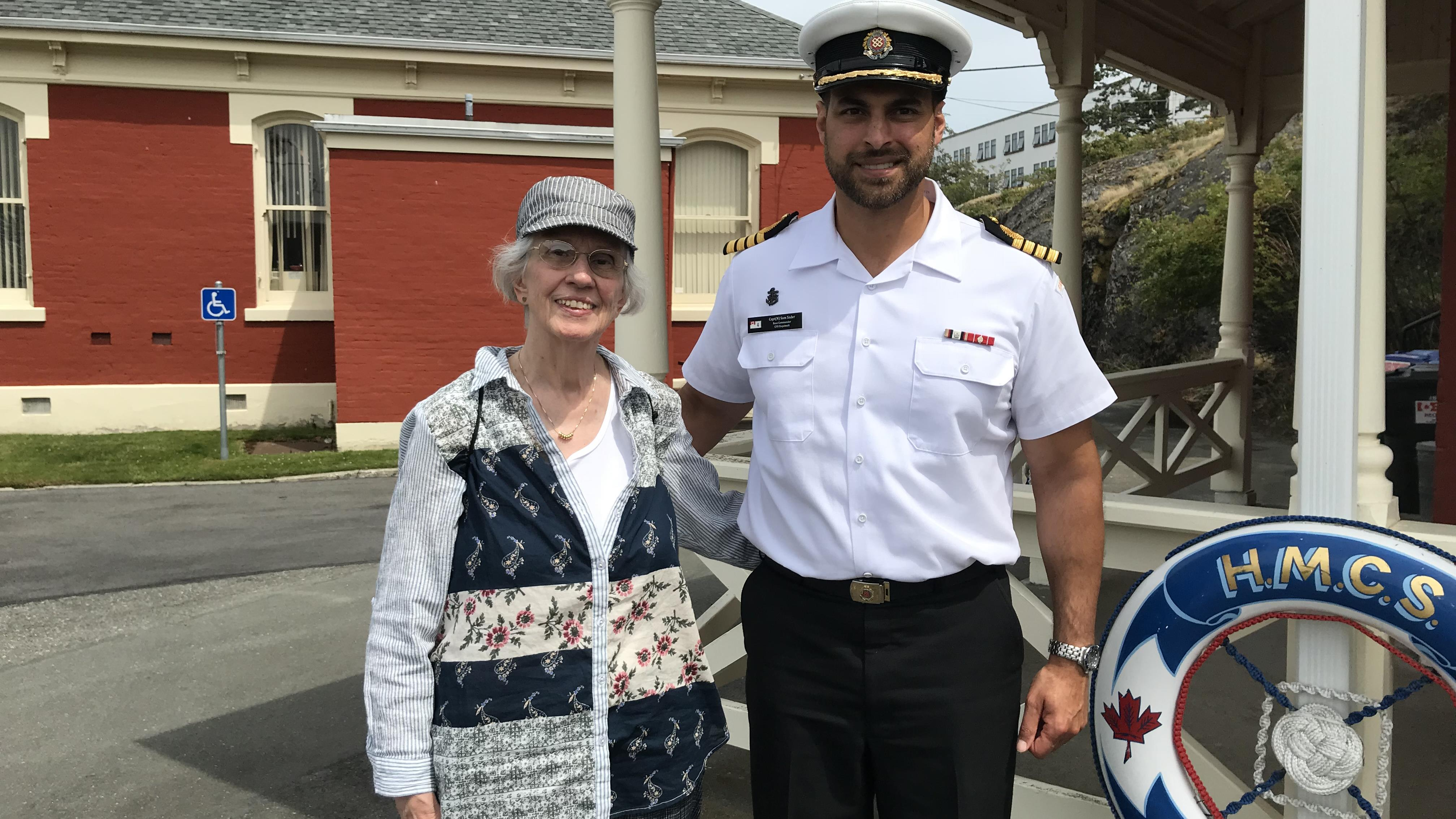 Gisèle Samson de l'Association historique francophone de Victoria et le Capitaine de vaisseau Sam Sader, commandant de la base d'Esquimalt