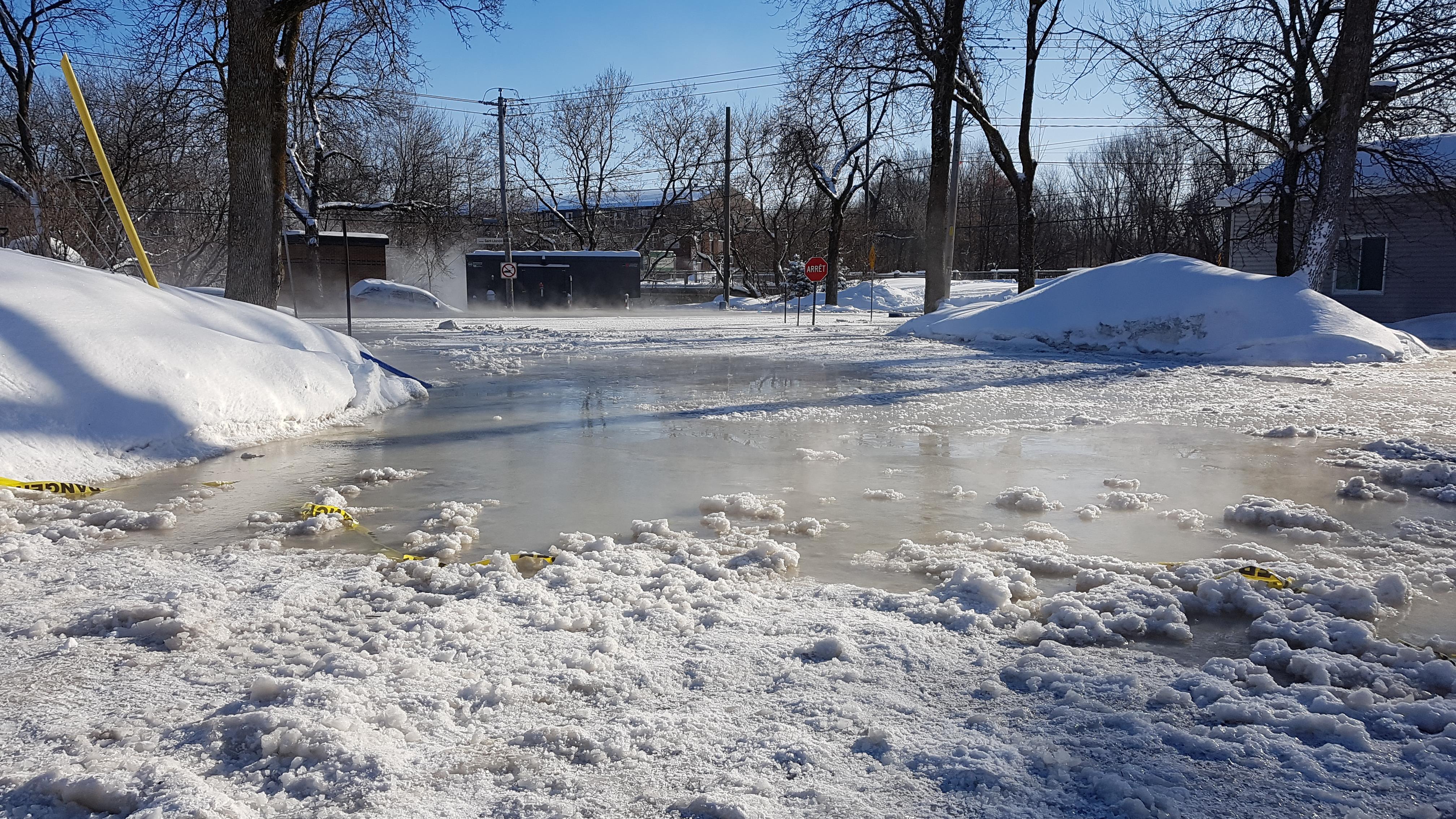 Inondations à Québec : un quartier figé dans l'eau et la glace