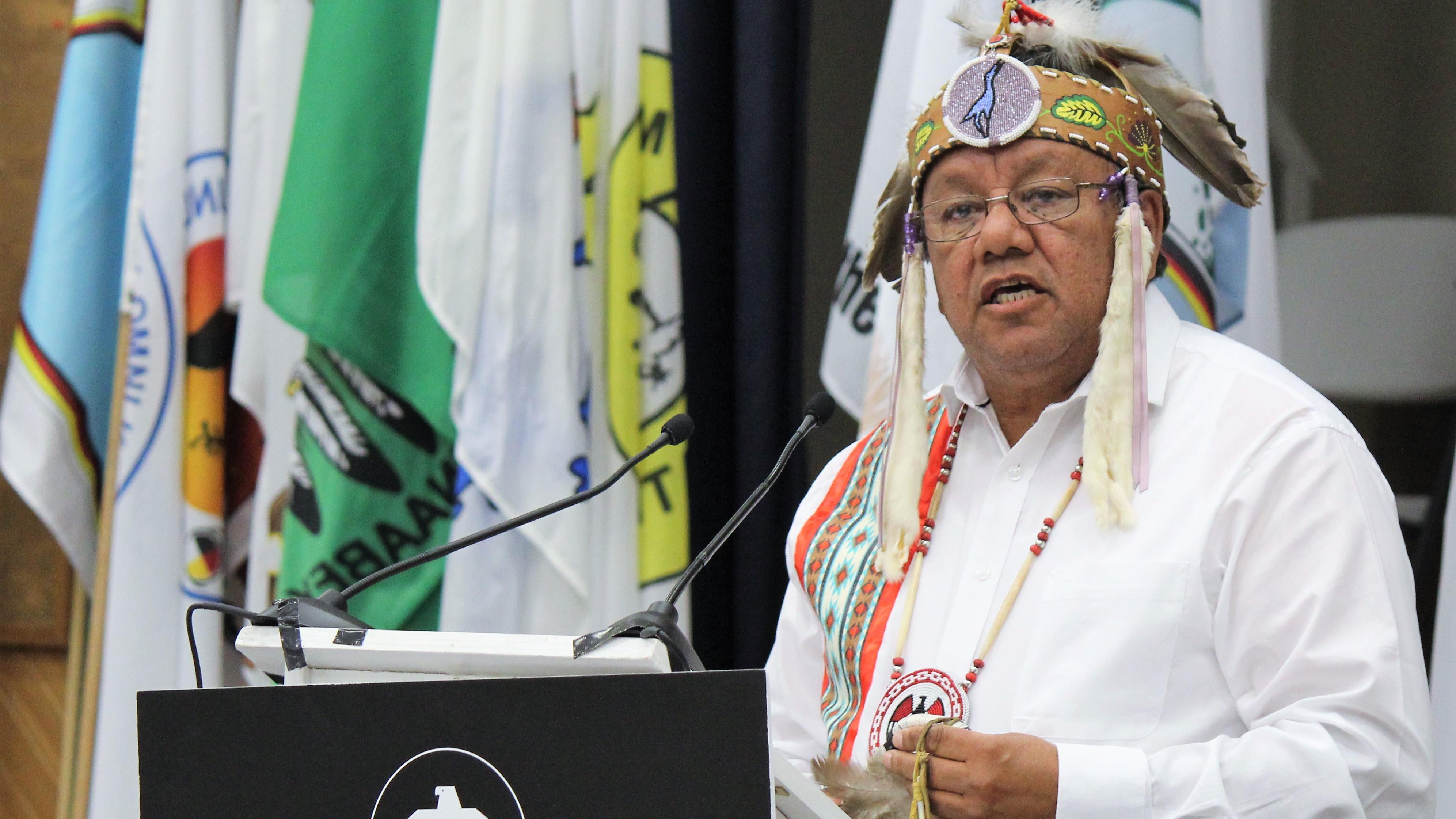El gran jefe de la Primera Nación Anishinabek, Glen Hare, lleva puesto ornamentos tradicionales.