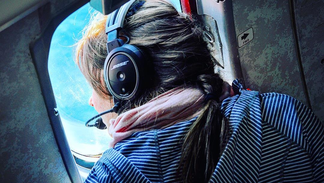 Rachel Brien Lavergne scrute les flots par un hublot de l'avion