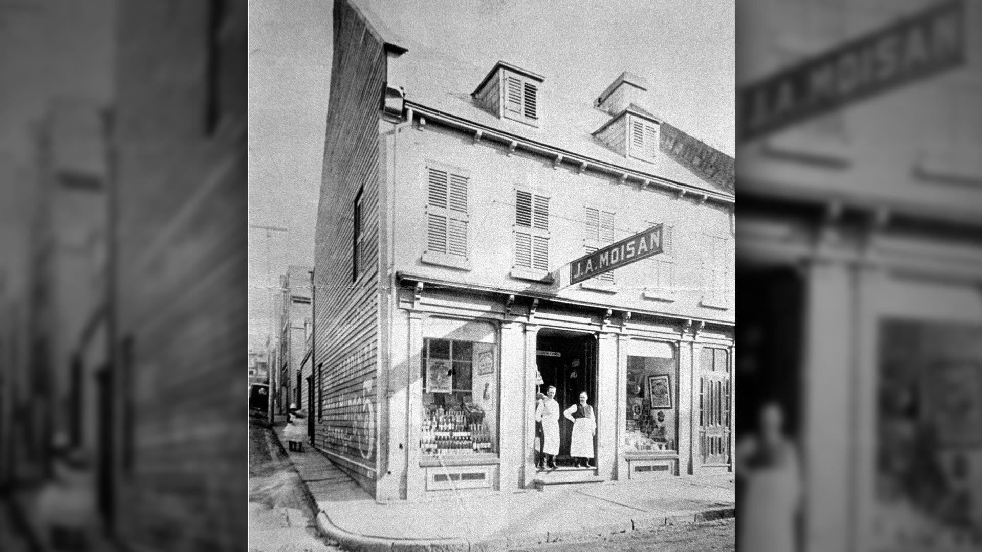 L'épicerie J.A. Moisan en 1885, année où Jean Alfred Moisan devient propriétaire de l'immeuble.