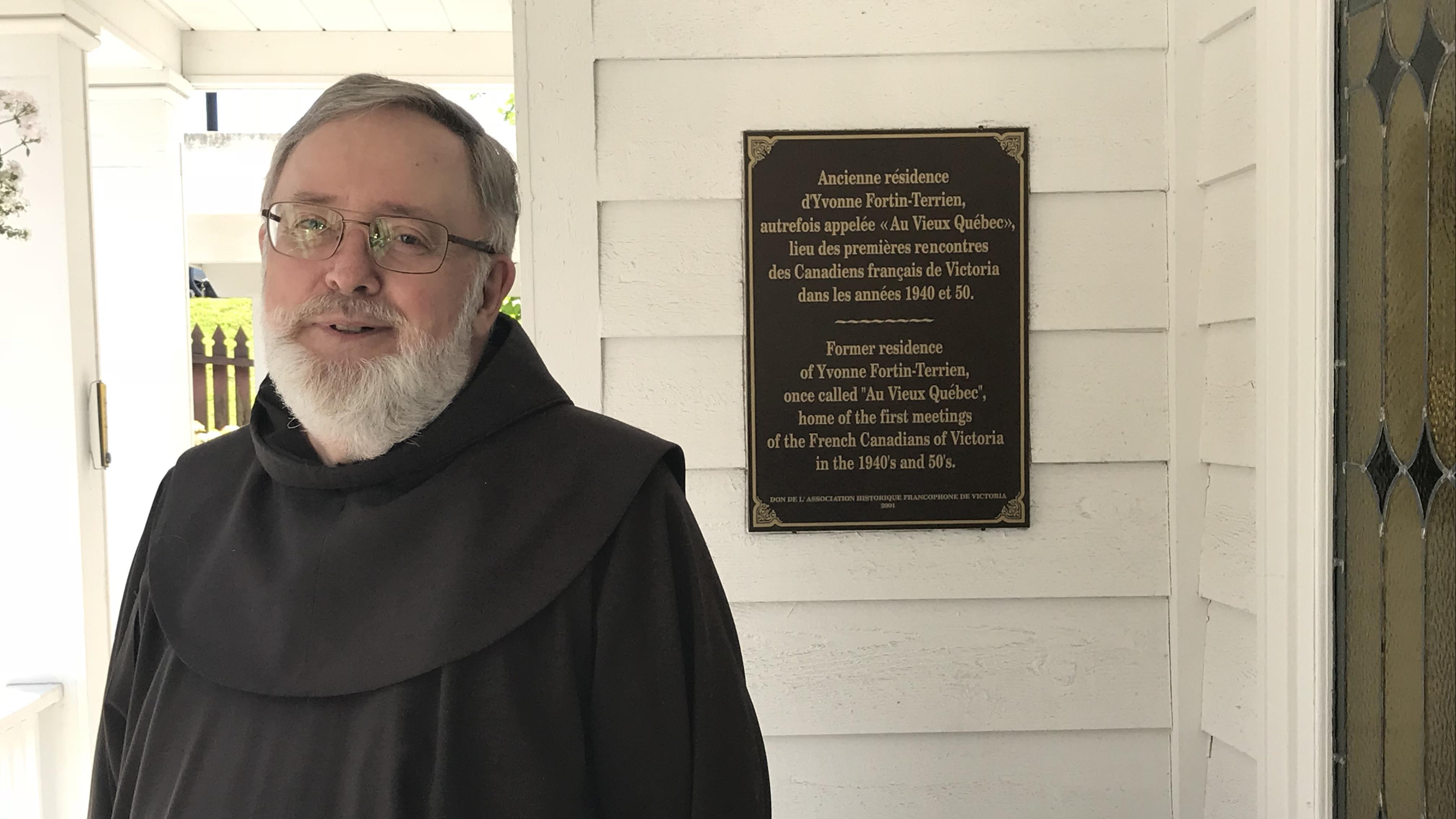 Jacques Cornet, frère franciscain de Victoria devant la Maison des Franciscains