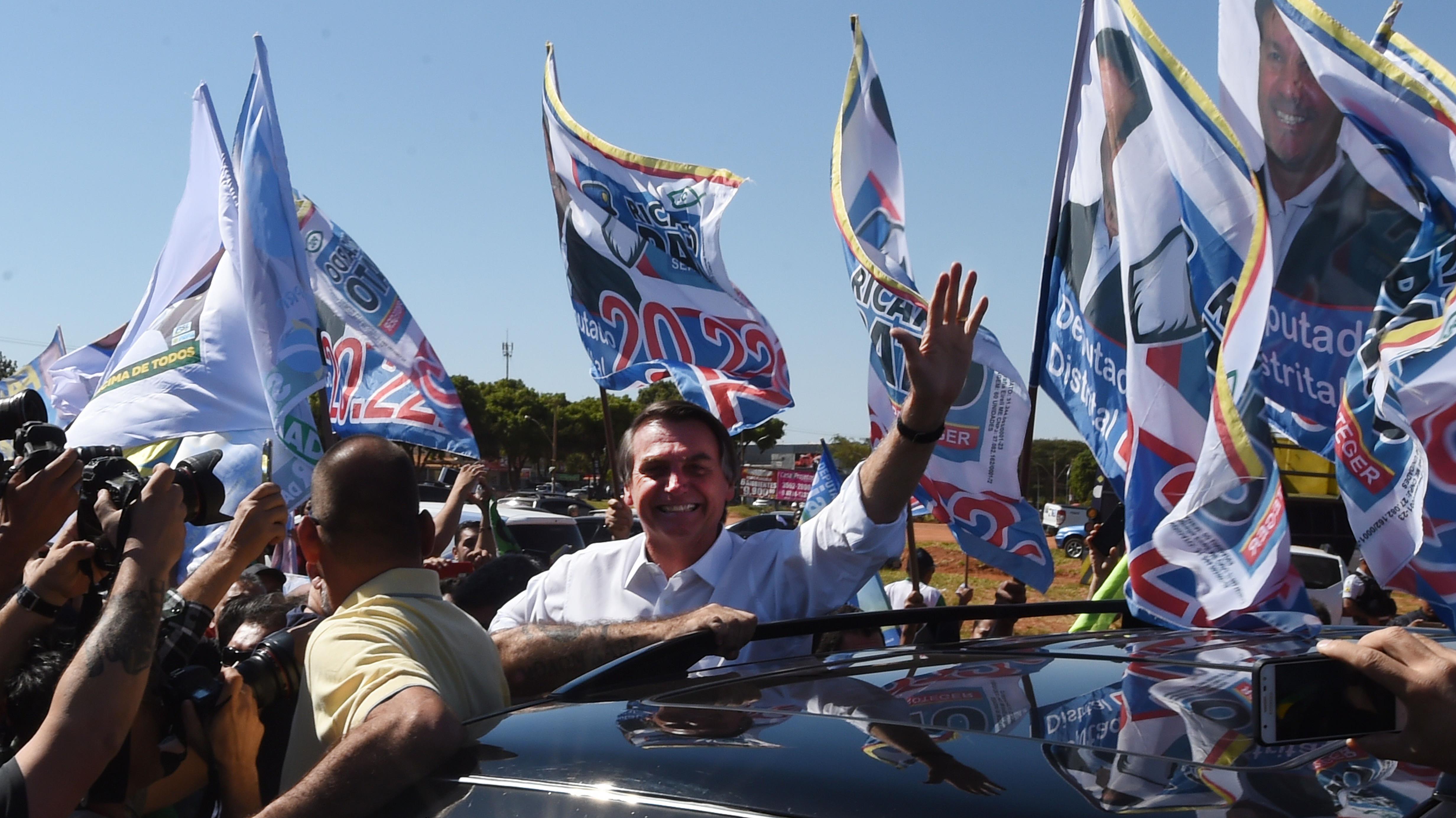 Jair Bolsonaro salue la foule lors d'un rassemblement de campagne à Brasilia, le 5 septembre 2018.