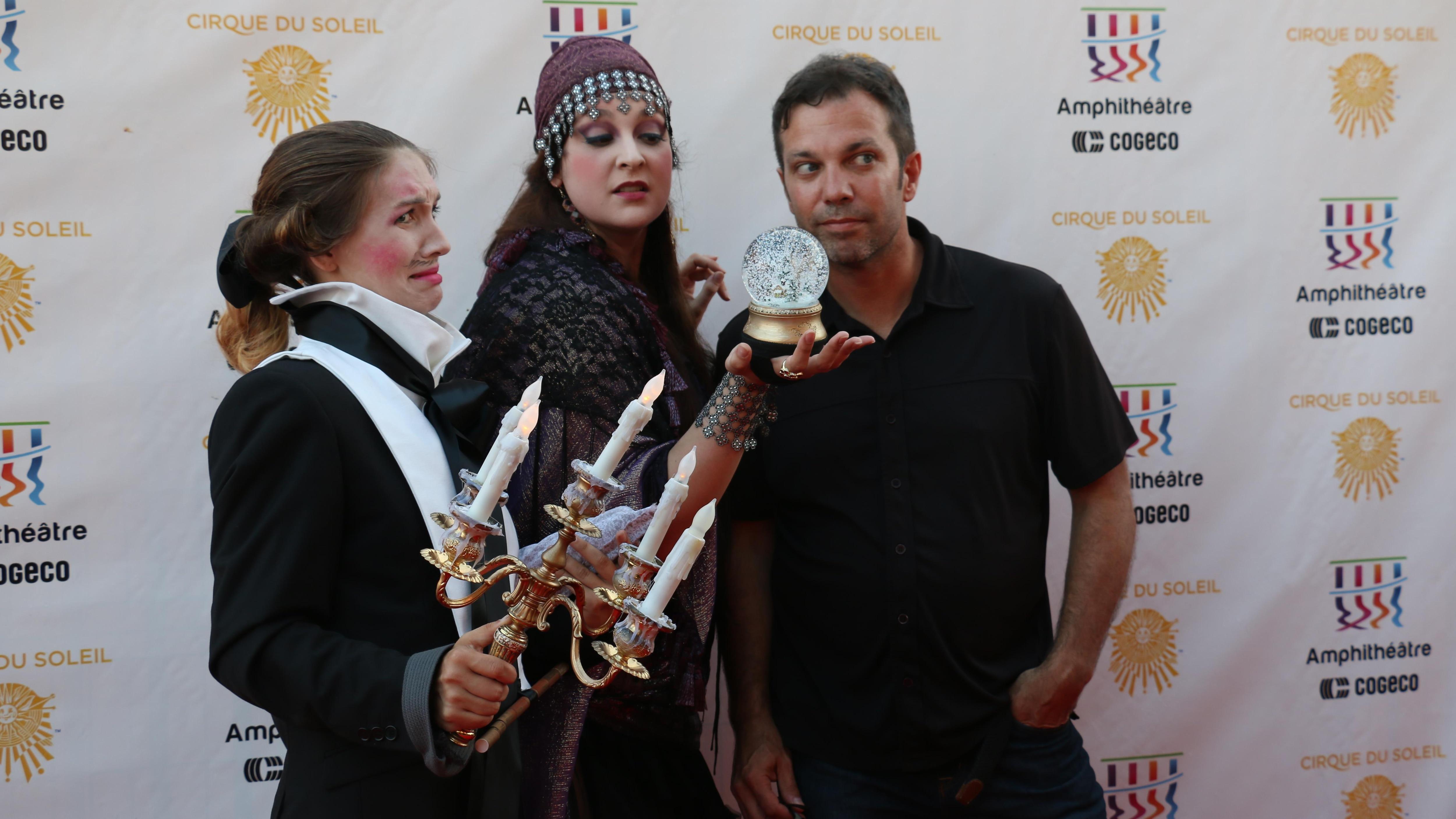 Le metteur en scène, Jean-Guy Legault, en compagnie d'artistes du spectacle.