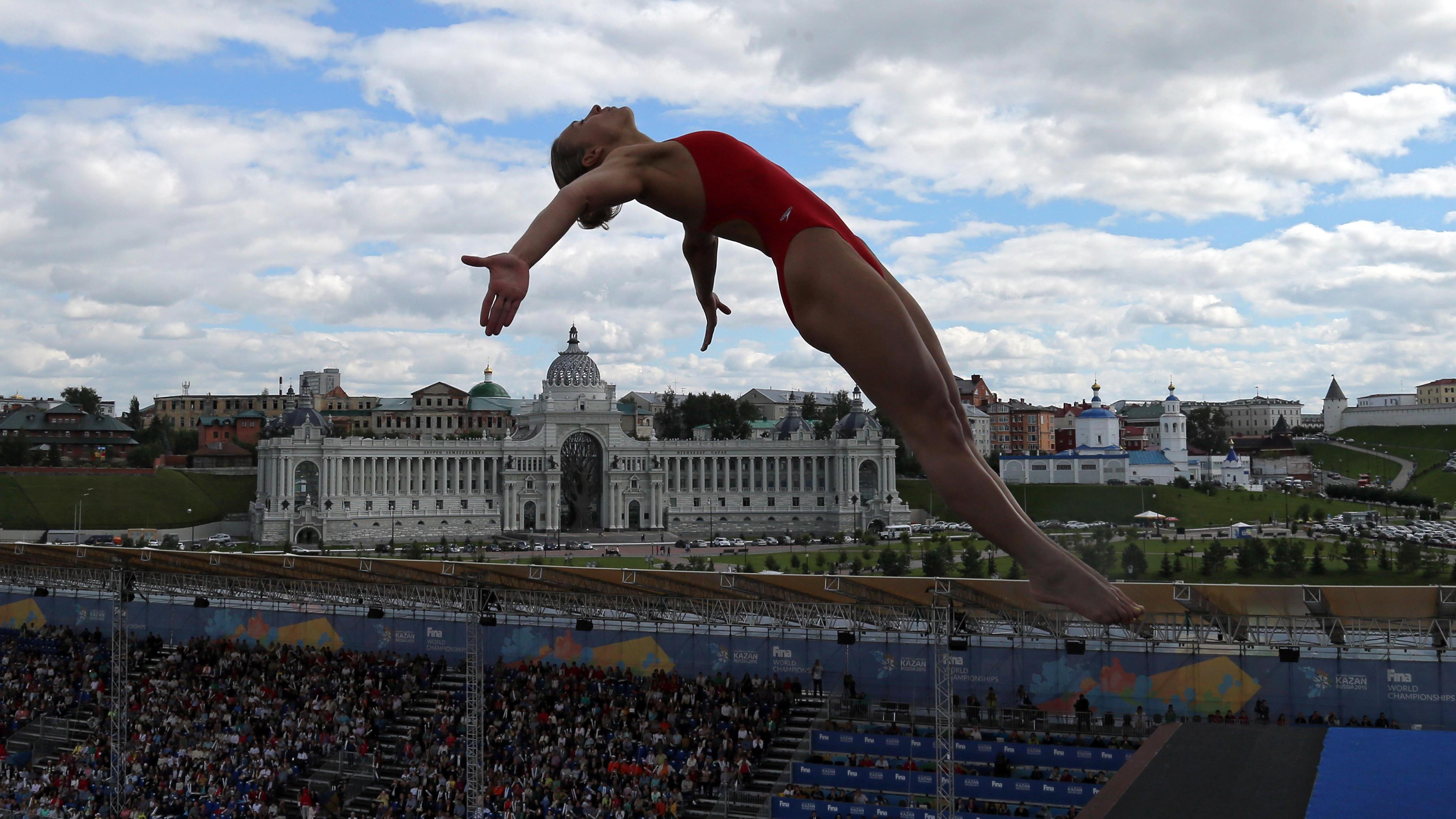 Lysanne Richard s'élance du tremplin de 20 mètres