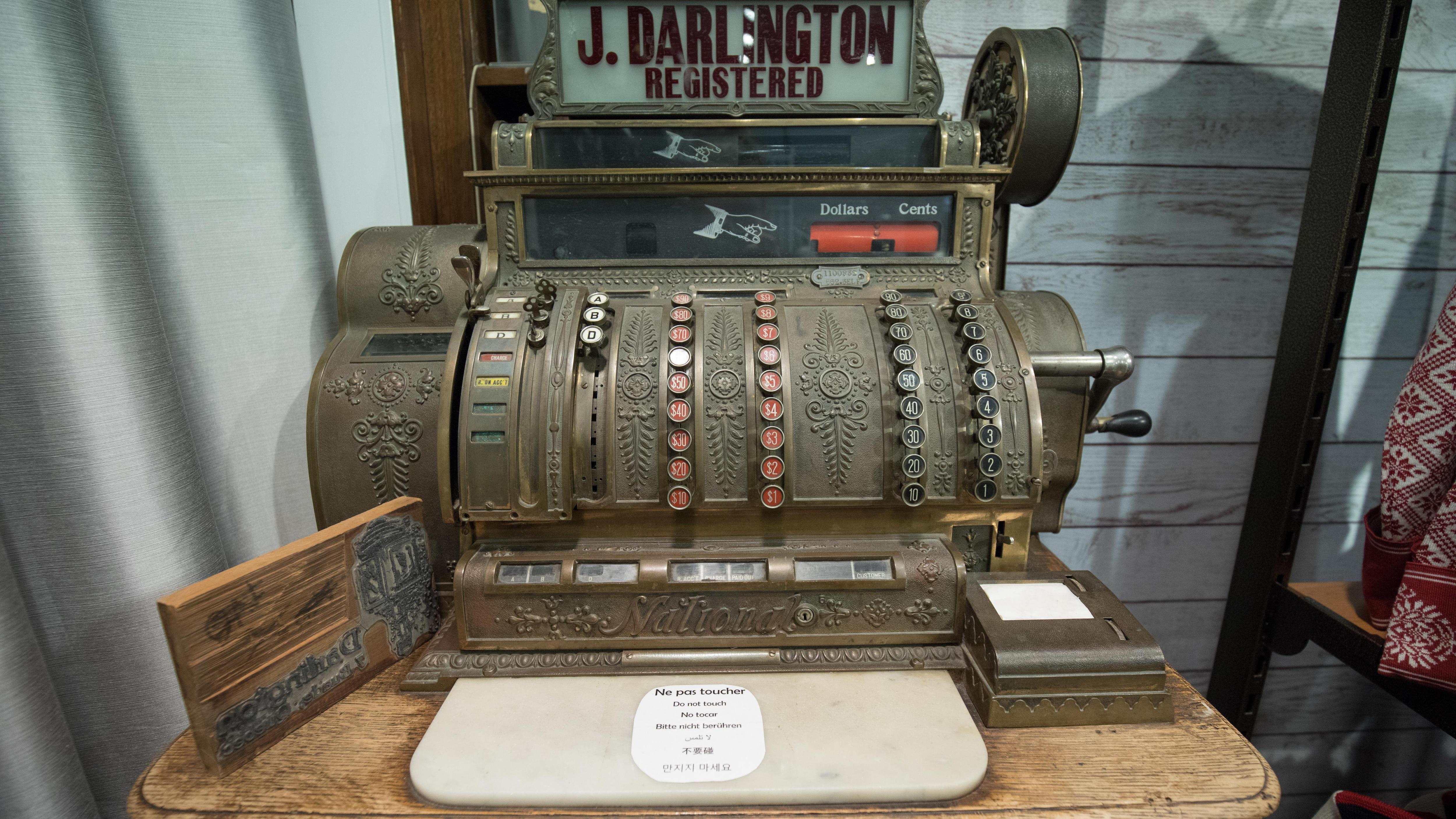 Même si elle n'est plus utilisée aujourd'hui, la caisse enregistreuse est toujours présente dans le magasin.