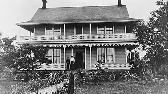 Maison historique des Guichon, photo d'archives en noir et blanc montrant une maison de deux étages avec de grands balcons.