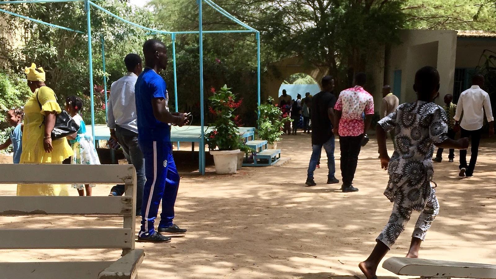 Des fidèles rassemblés dans l'enceinte de l'église de Nouakchott, après la messe du dimanche