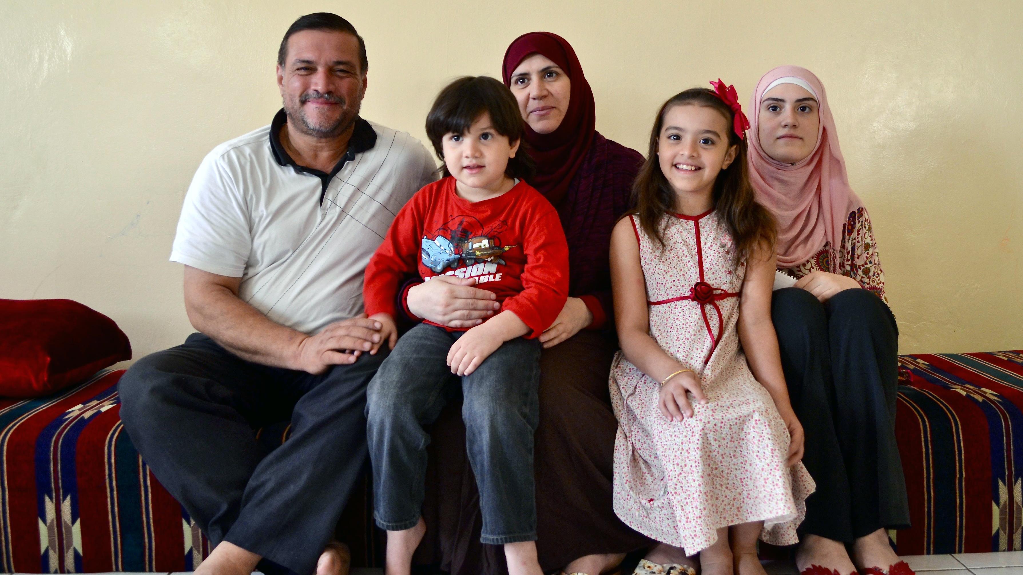 Mohamed, accompagné de trois de ses enfants et de sa femme