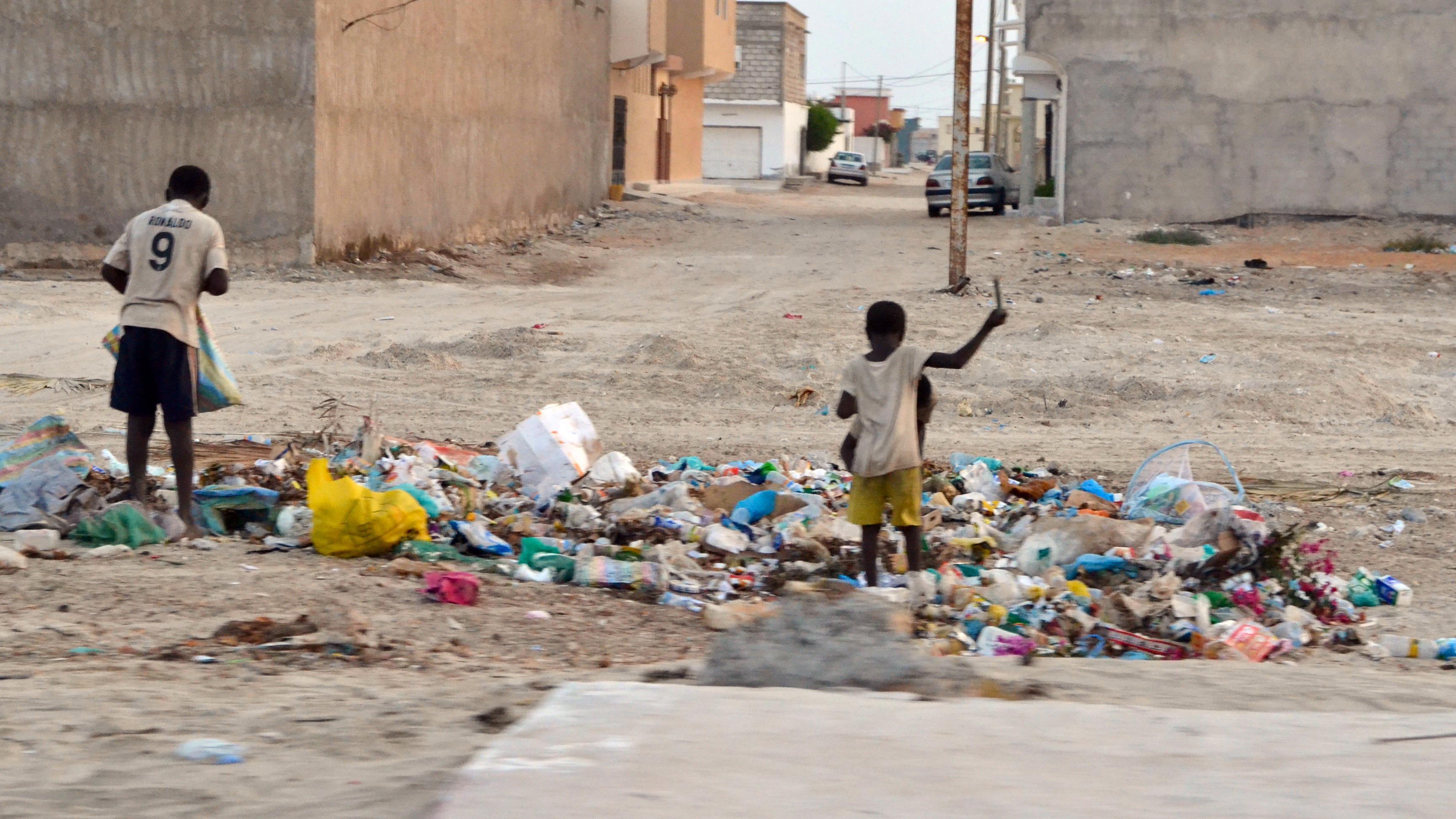 Dans un quartier populaire de Nouakchott, des enfants fouillent dans les poubelles.