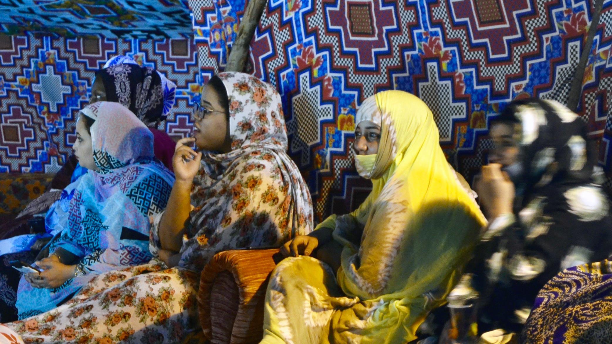 De jeunes femmes lors d'un rassemblement politique à Nouakchott