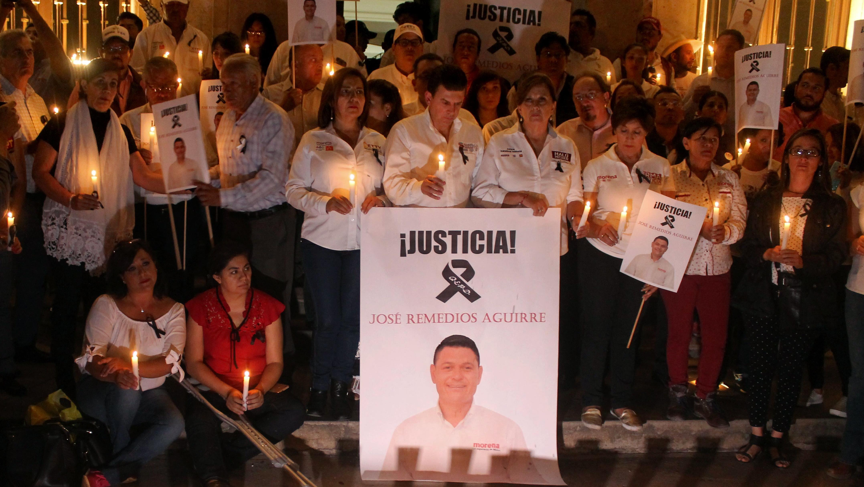 Des membres du Mouvement de régénération nationale (MORENA) tiennent une veillée aux chandelles face à l'hôtel de ville de Guanajato, le 11 mai 2018, après l'assassinat du candidat de leur parti à la mairie de Apaseo El Alto, José Remedios Aguirre.