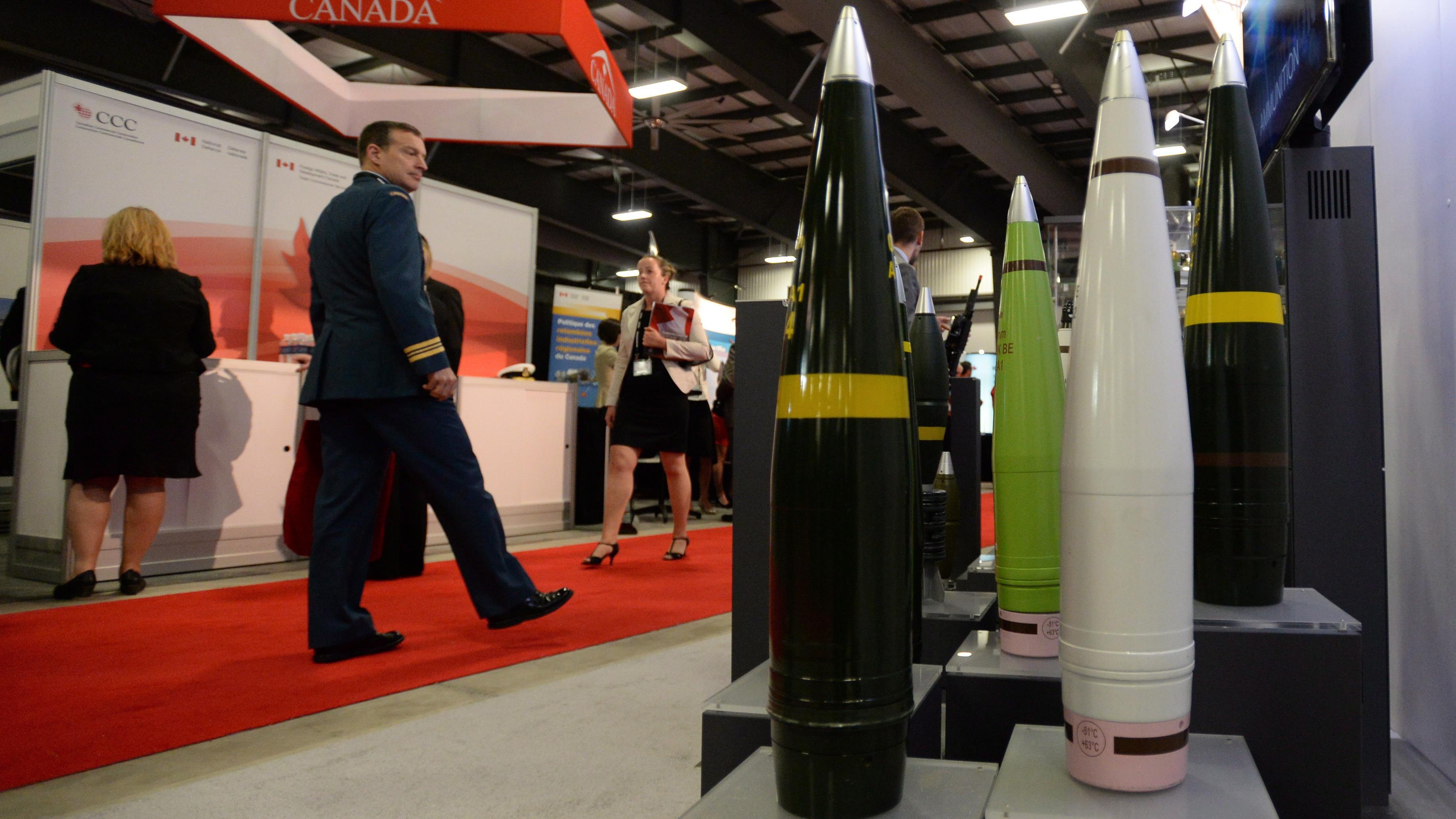 Des bombes sont exposées dans le cadre d'un salon commercial militaire