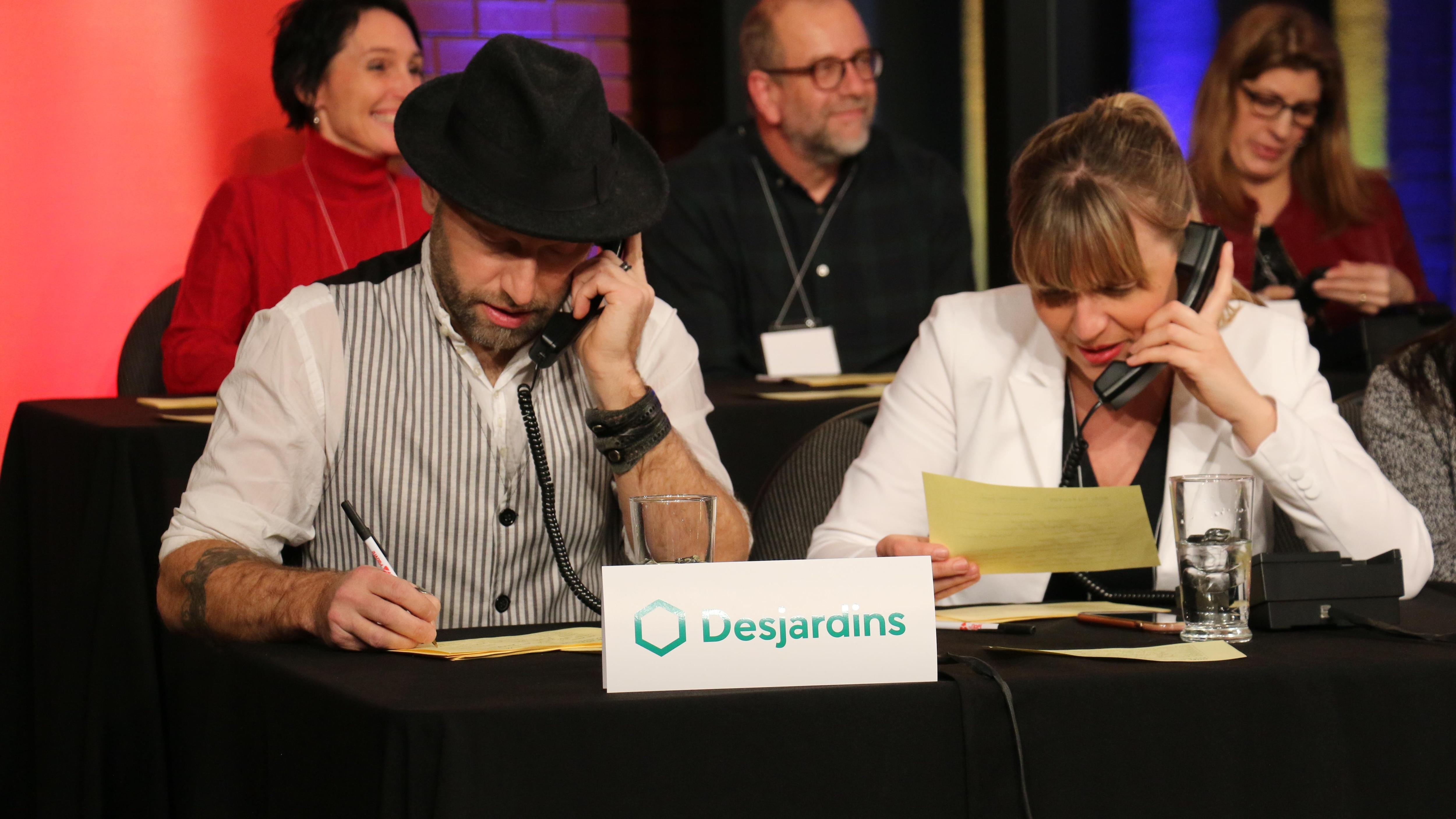 Le chanteur Marco Calliari et la journaliste du Nouvelliste Paule Vermot-Desroches prennent les appels au téléthon.