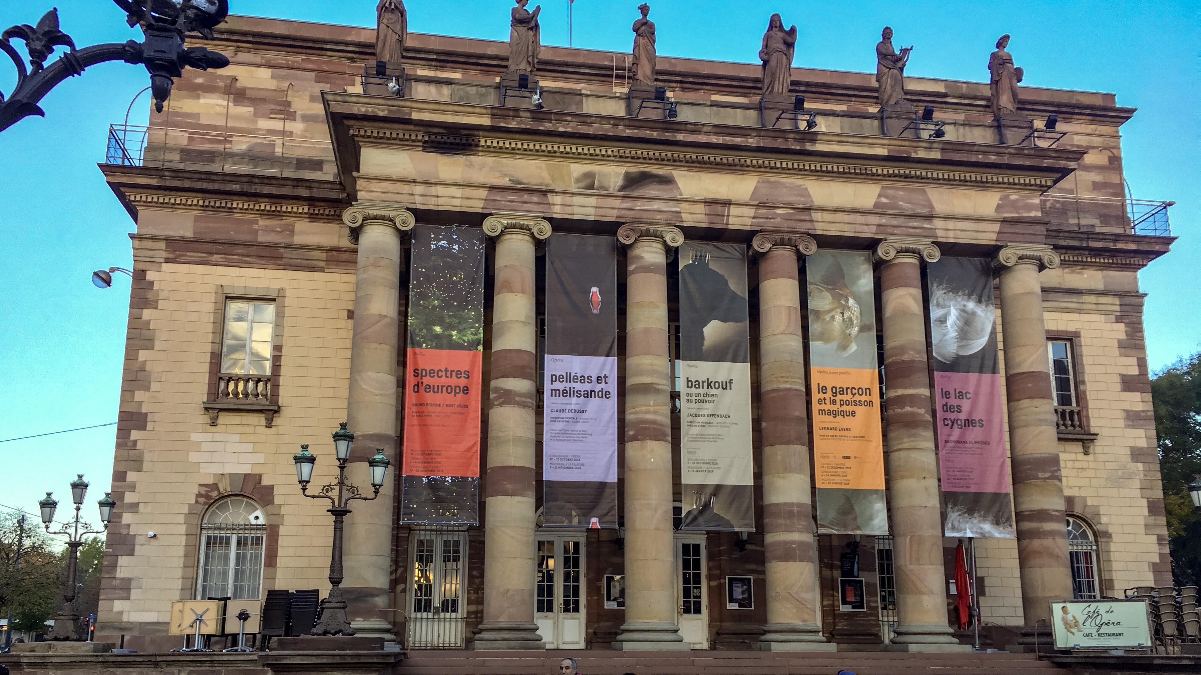 Devanture de l'opéra avec l'affiche annonçant Barkouf