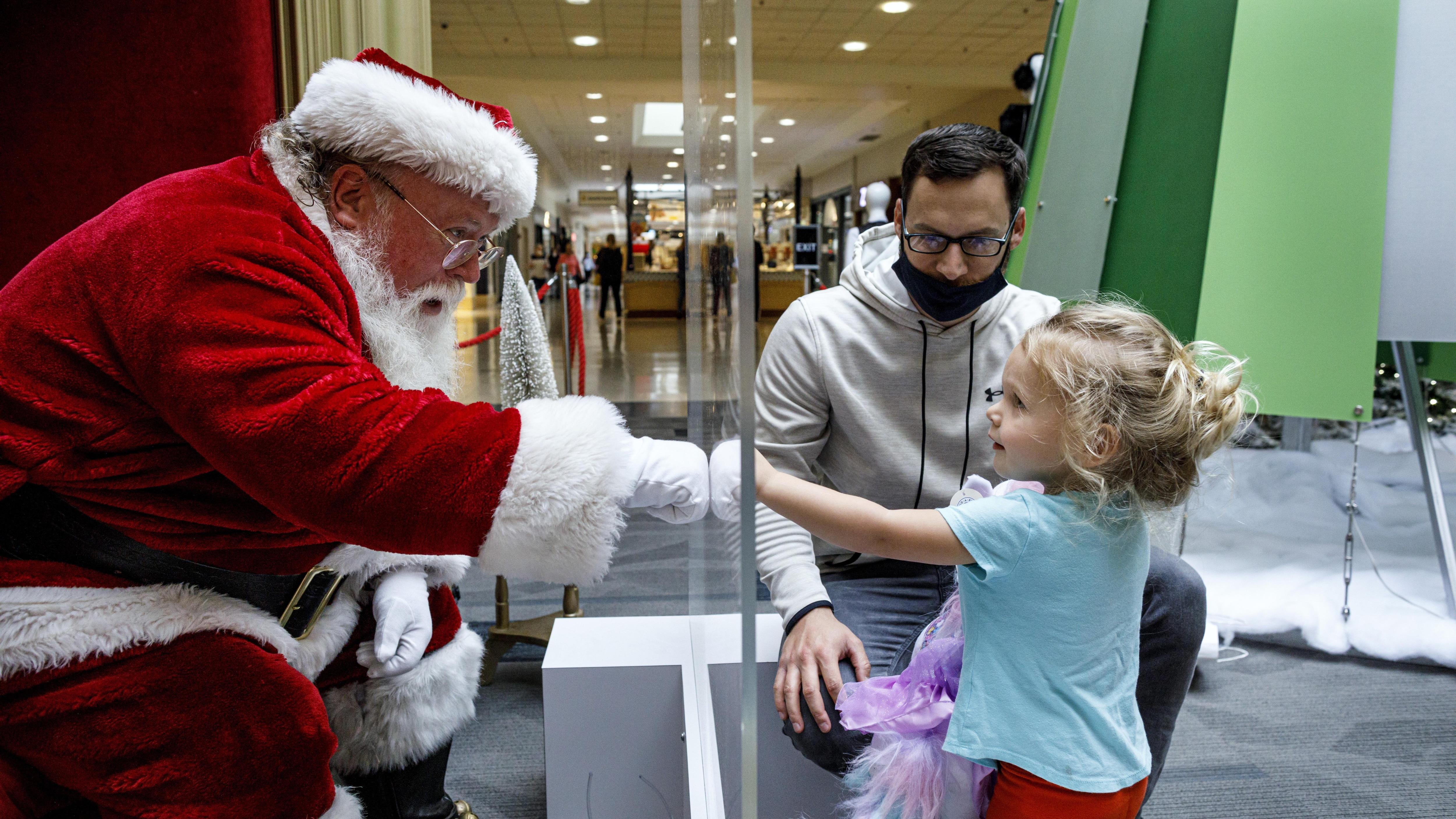 La présence du père Noël dans les centres commerciaux fait réagir | Place  publique