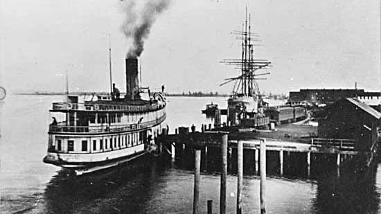 Port Guichon en 1903. Photo montrant un bateau amarré à un port.